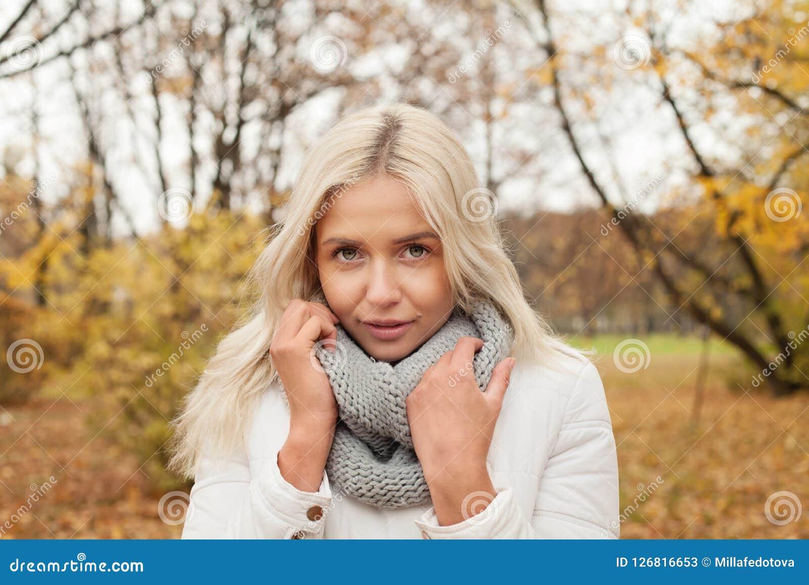 Jonge blondevrouw in openlucht op de herfstachtergrond Stock Foto's