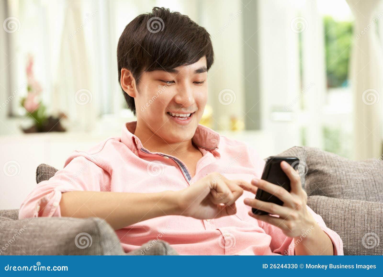 Jonge Chinese Mens die Mobiele Telefoon met behulp van