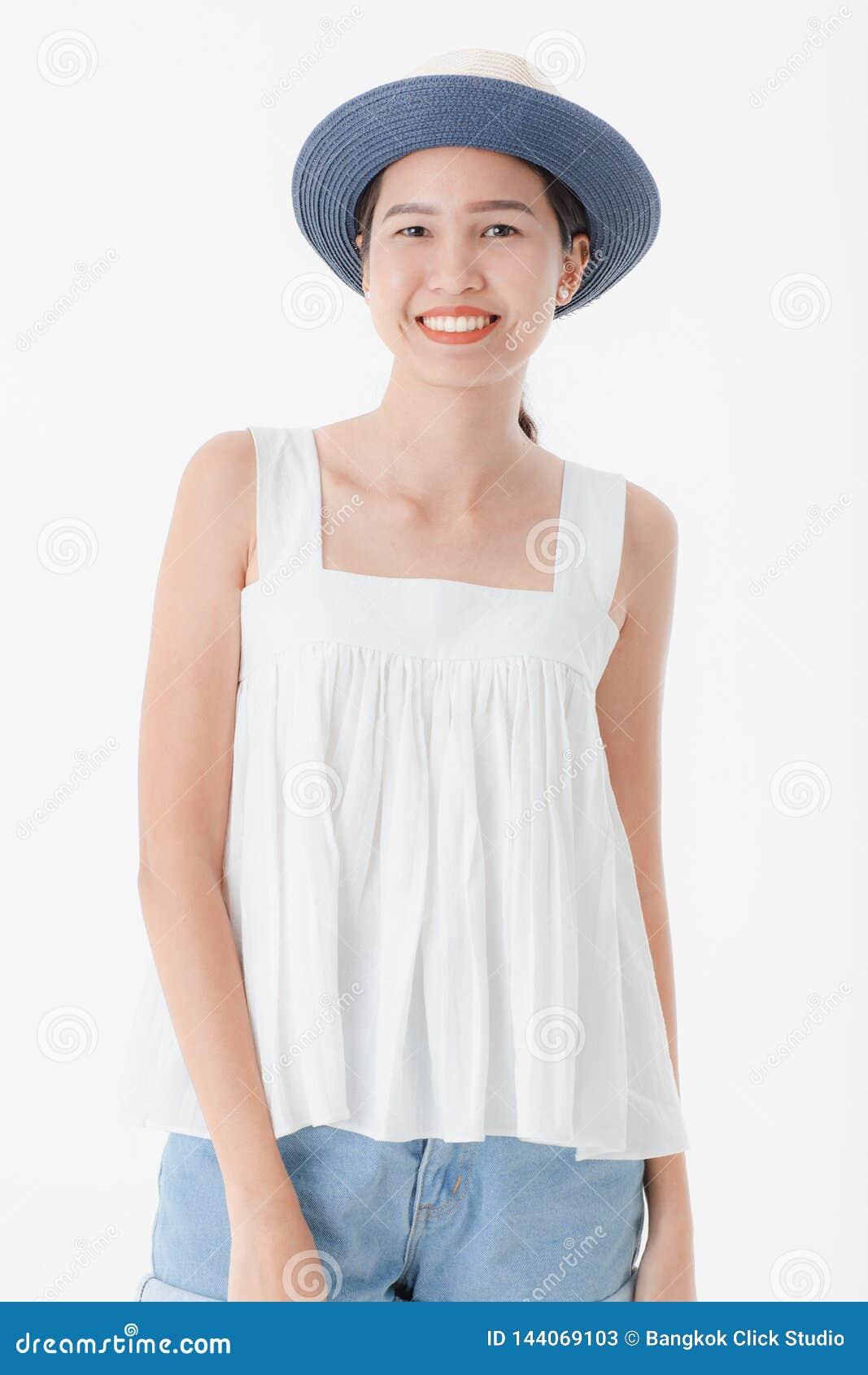 Jonge dame in toevallige de zomeruitrustingen