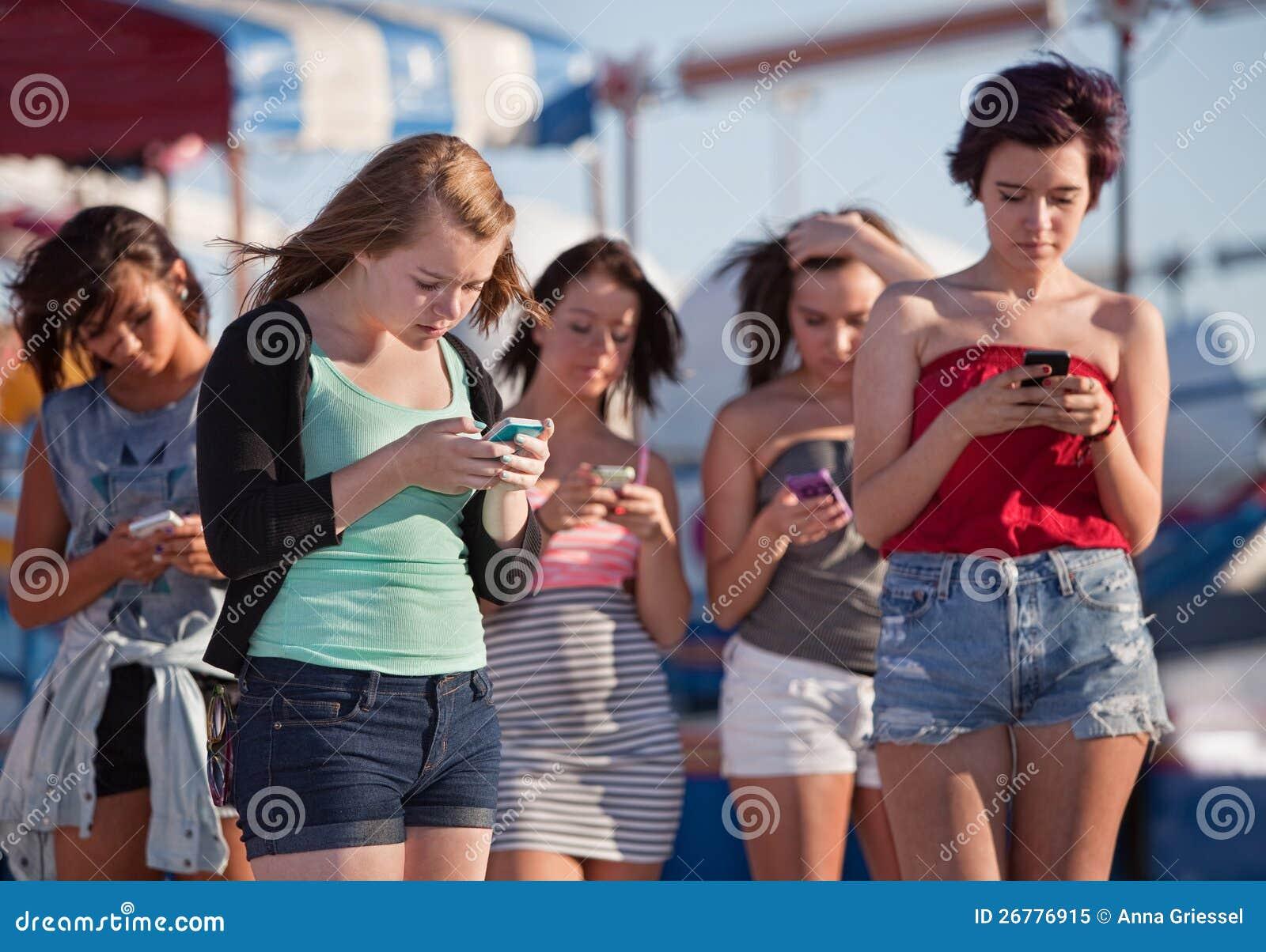 Jonge Dames die Hun Telefoons met behulp van