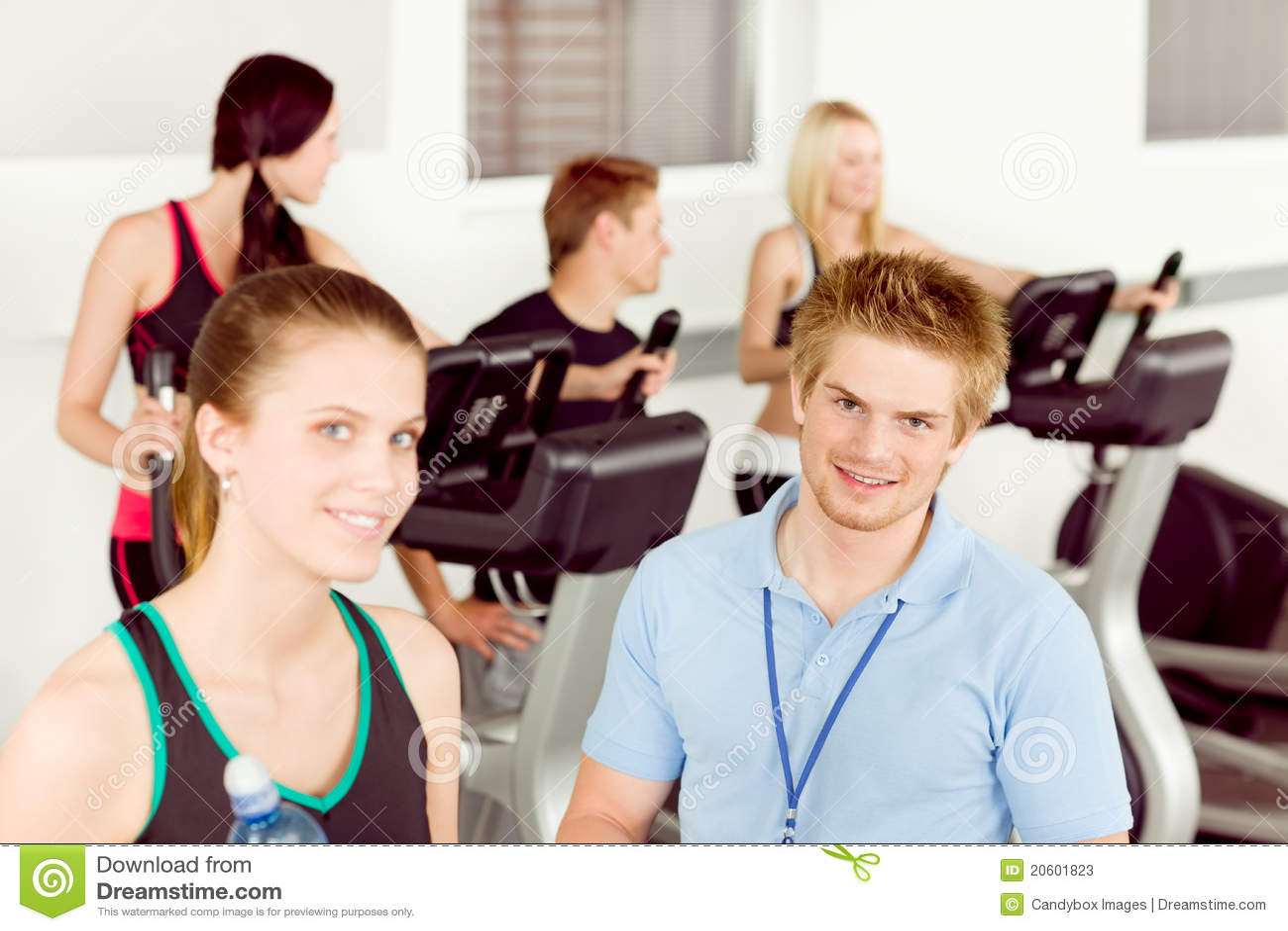 Jonge de mensenoefening van de geschiktheidsinstructeur bij gymnastiek