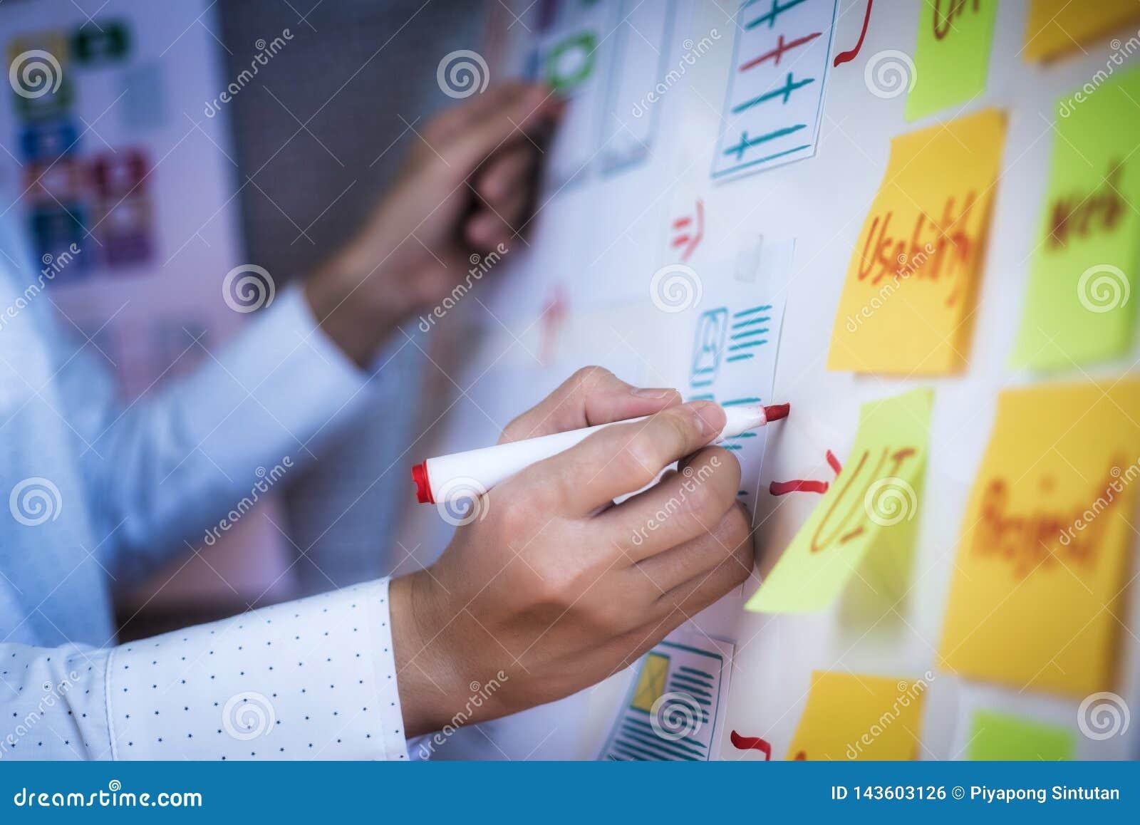 Jonge de soortlay-out van de ontwerpervrouw van tekeningstoepassing voor zich het ontwikkelen voor mobiele toepassingen Het ontwe