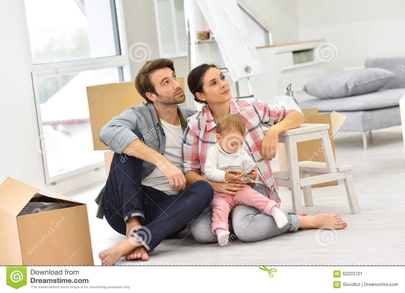 Jonge die familie onlangs in nieuw huis wordt bewogen
