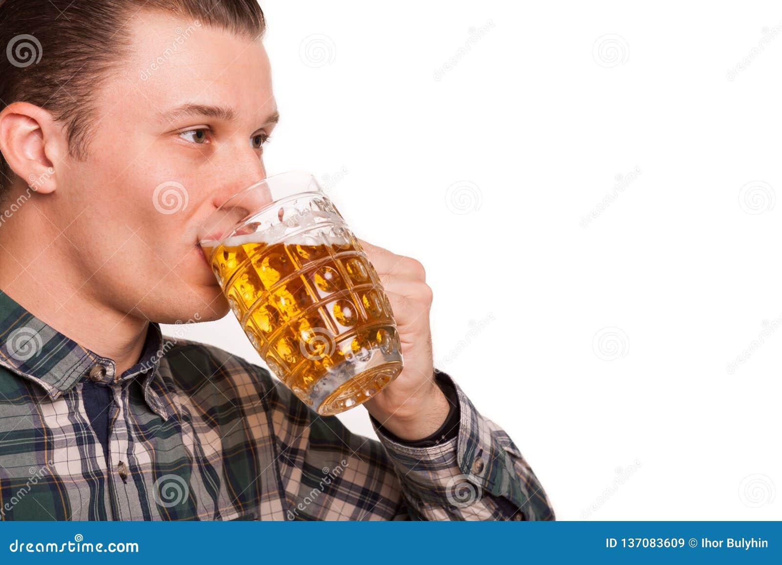 Jonge die mens het drinken bier op wit wordt geïsoleerd