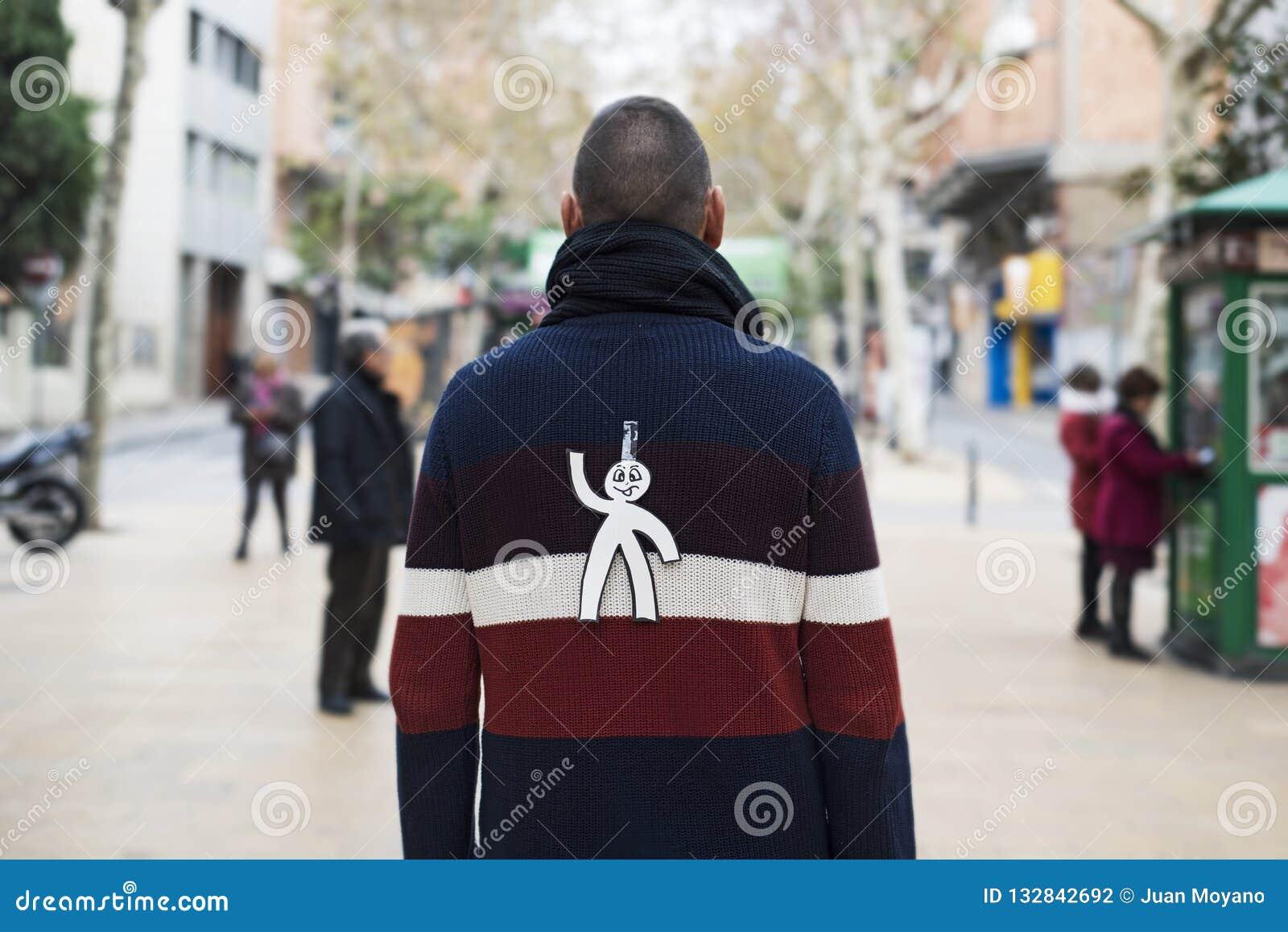 Jonge die mens met een document mens aan zijn rug wordt verbonden