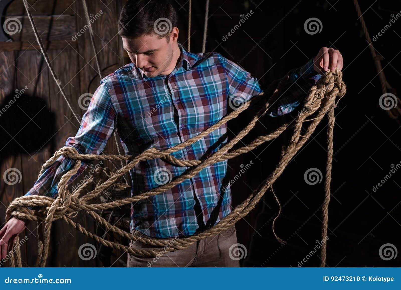 Jonge die mens van gevangenschap en het selecteren uit kabels wordt bevrijd