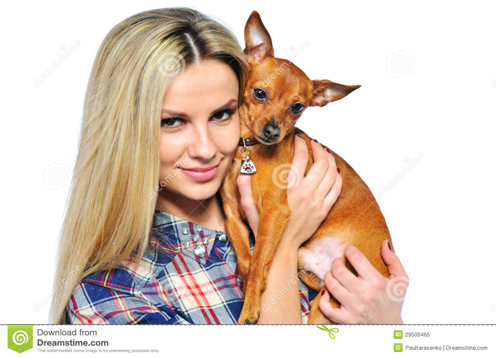 Jonge die vrouw met puppy op wit wordt geïsoleerd - close-up