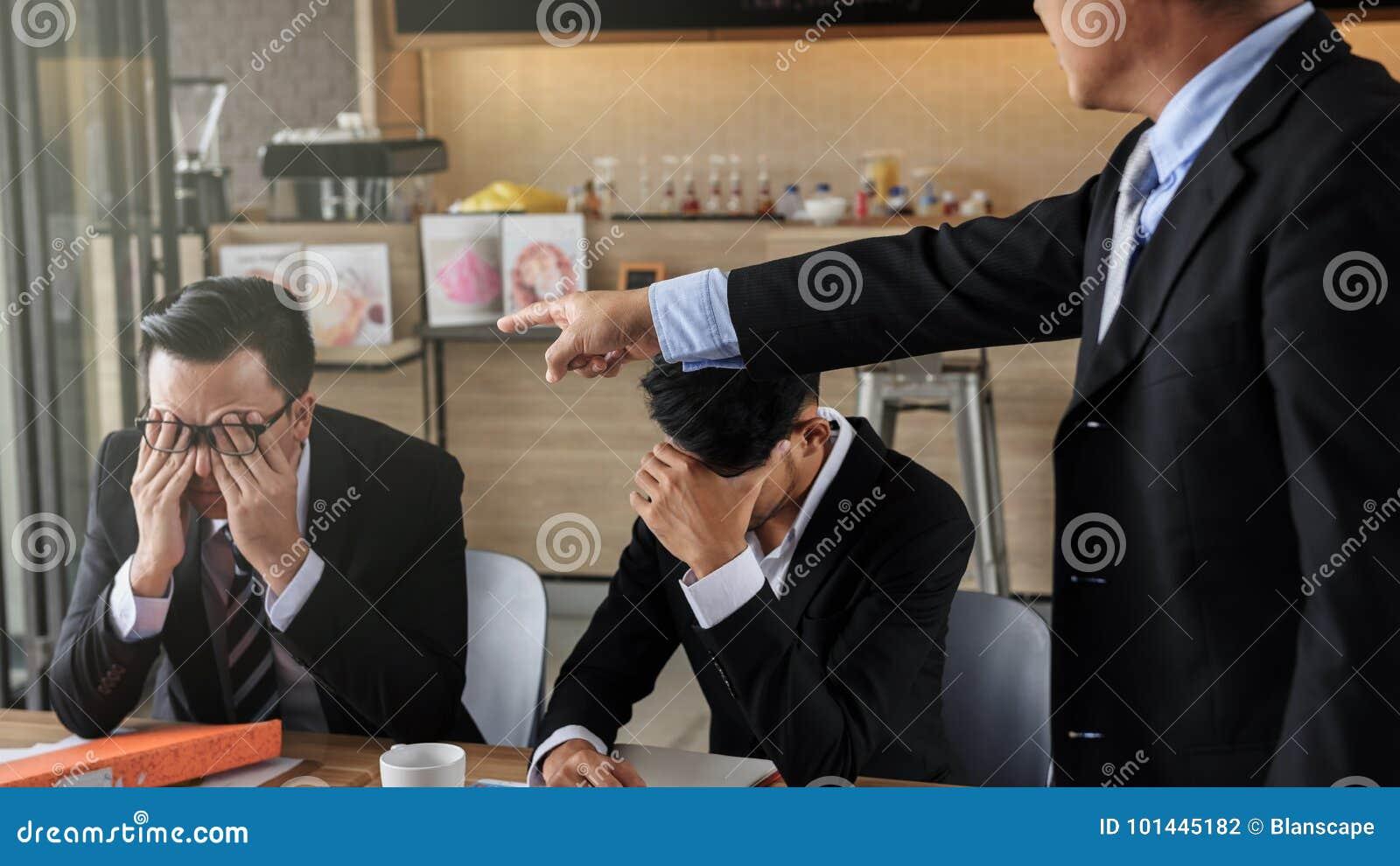 Jonge die zakenman door werkgever wordt beschuldigd en wordt beklemtoond