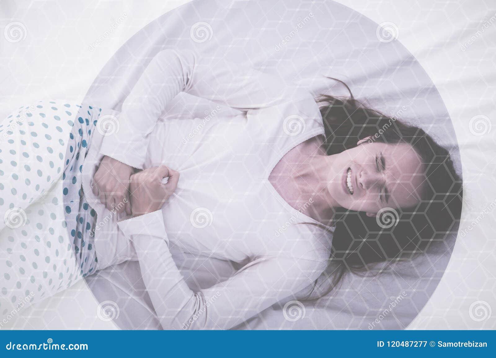 Jonge donkerbruine Kaukasische vrouw met pijn in haar maag menstruele cyclus
