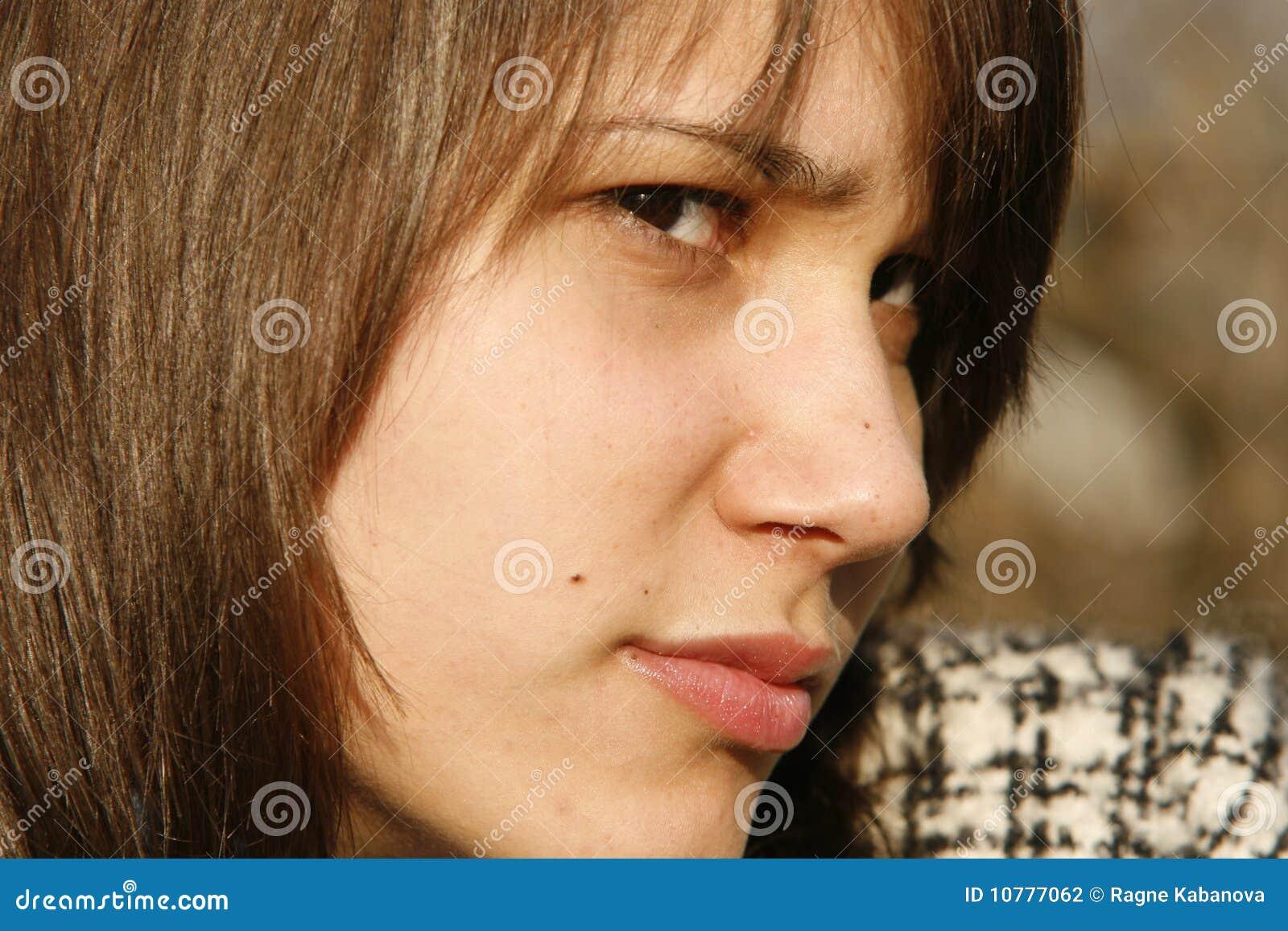 Jonge donkerbruine vrouw die verdacht kijkt
