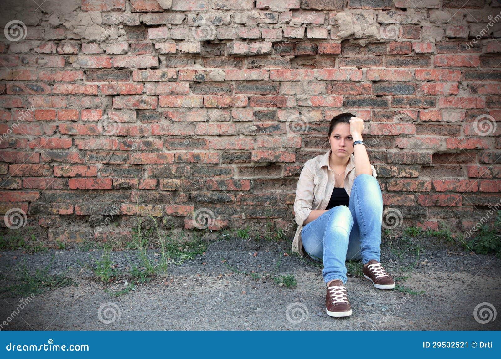 Jonge droevige vrouw