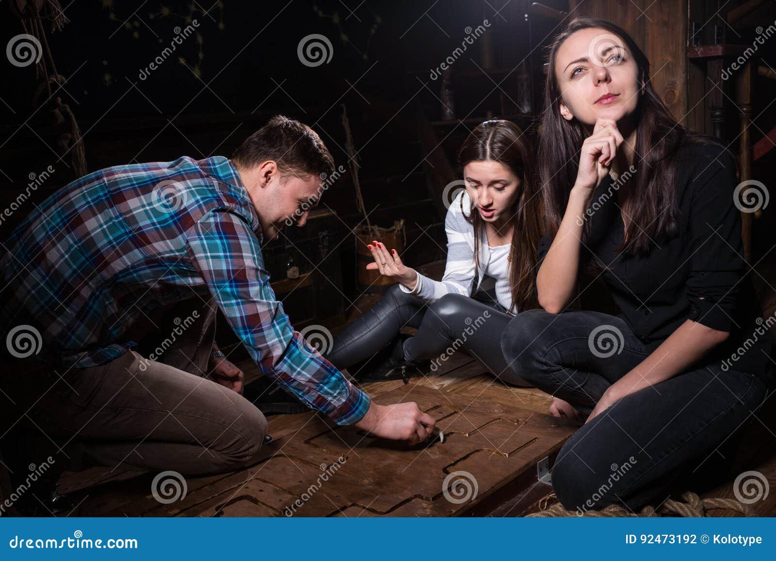 Jonge emotionele mensen, bewegende delen die van een raadsel denken en