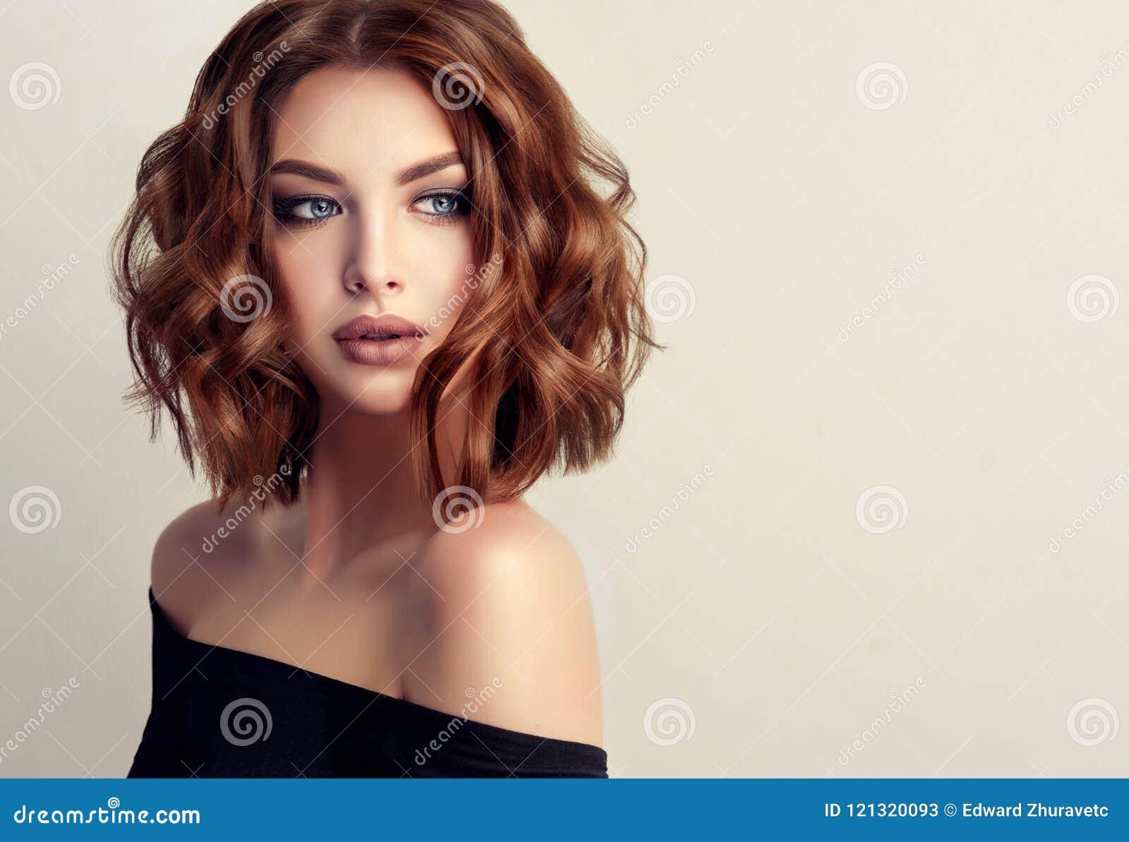 Jonge en aantrekkelijke bruine haired vrouw met modern, in en elegant kapsel
