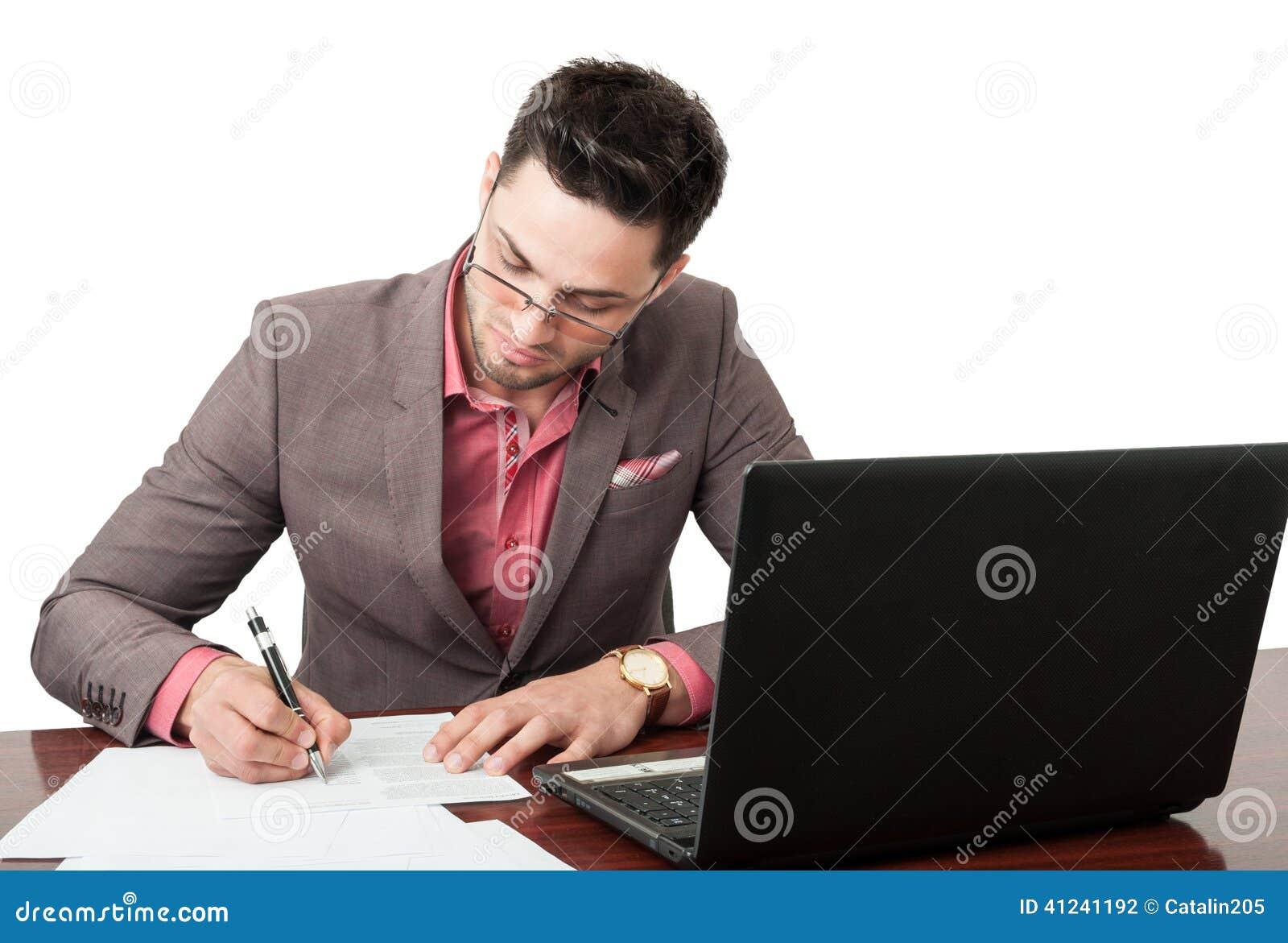 Jonge en knappe manager die bedrijfsdocumenten ondertekenen