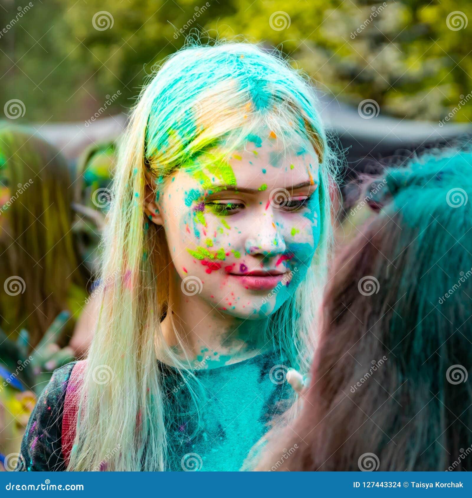 Jonge energieke tieners bij het festival van verven van holi in Rusland