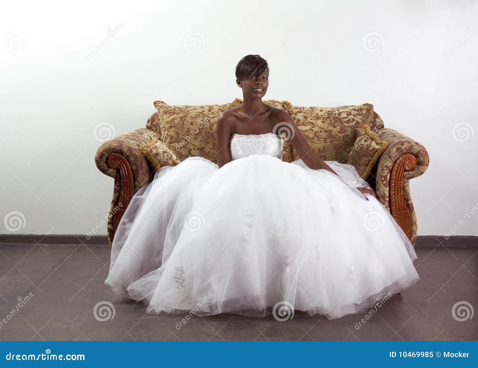 Jonge etnische zwartebruid in huwelijkskleding