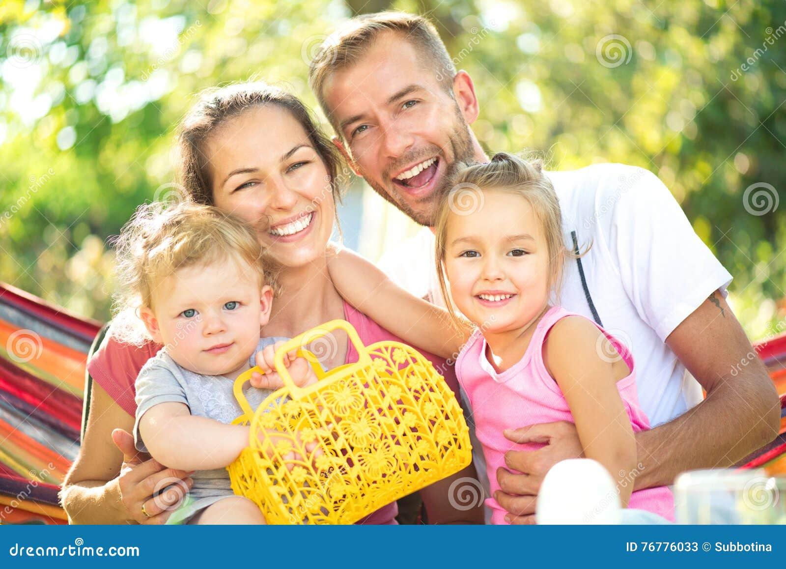 Jonge familie met kleine kinderen in openlucht