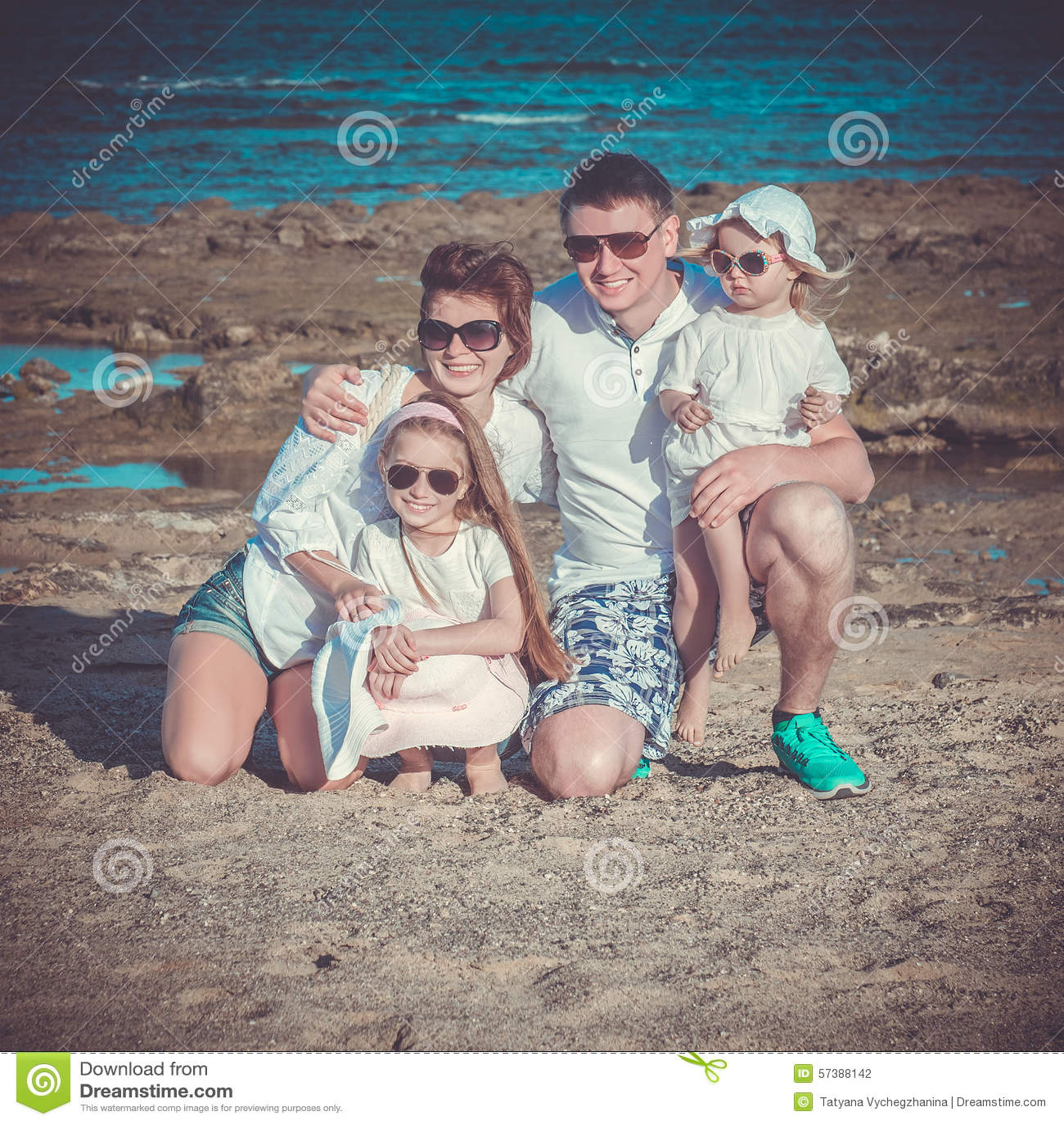 Jonge familie op het strand