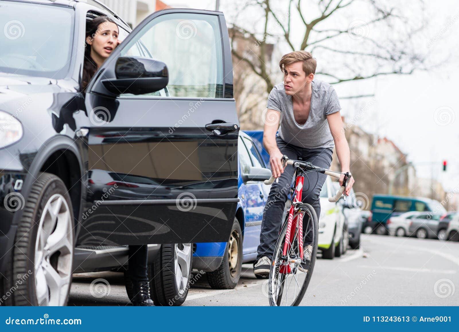 Jonge fietser die terwijl het afwijken voor het vermijden van gevaarlijke botsing schreeuwen