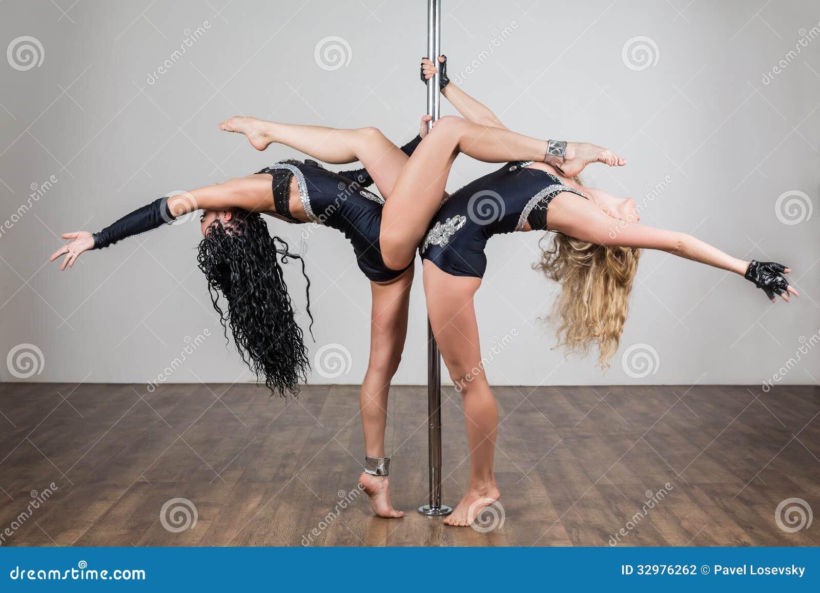 Jonge flexibele danser twee die moeilijke acrobatische trucs doen