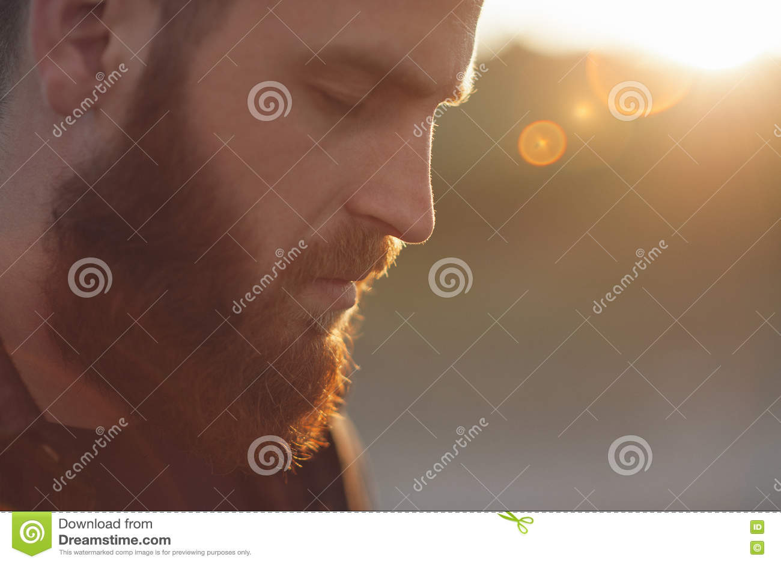 Jonge gebaarde mens met gesloten ogen