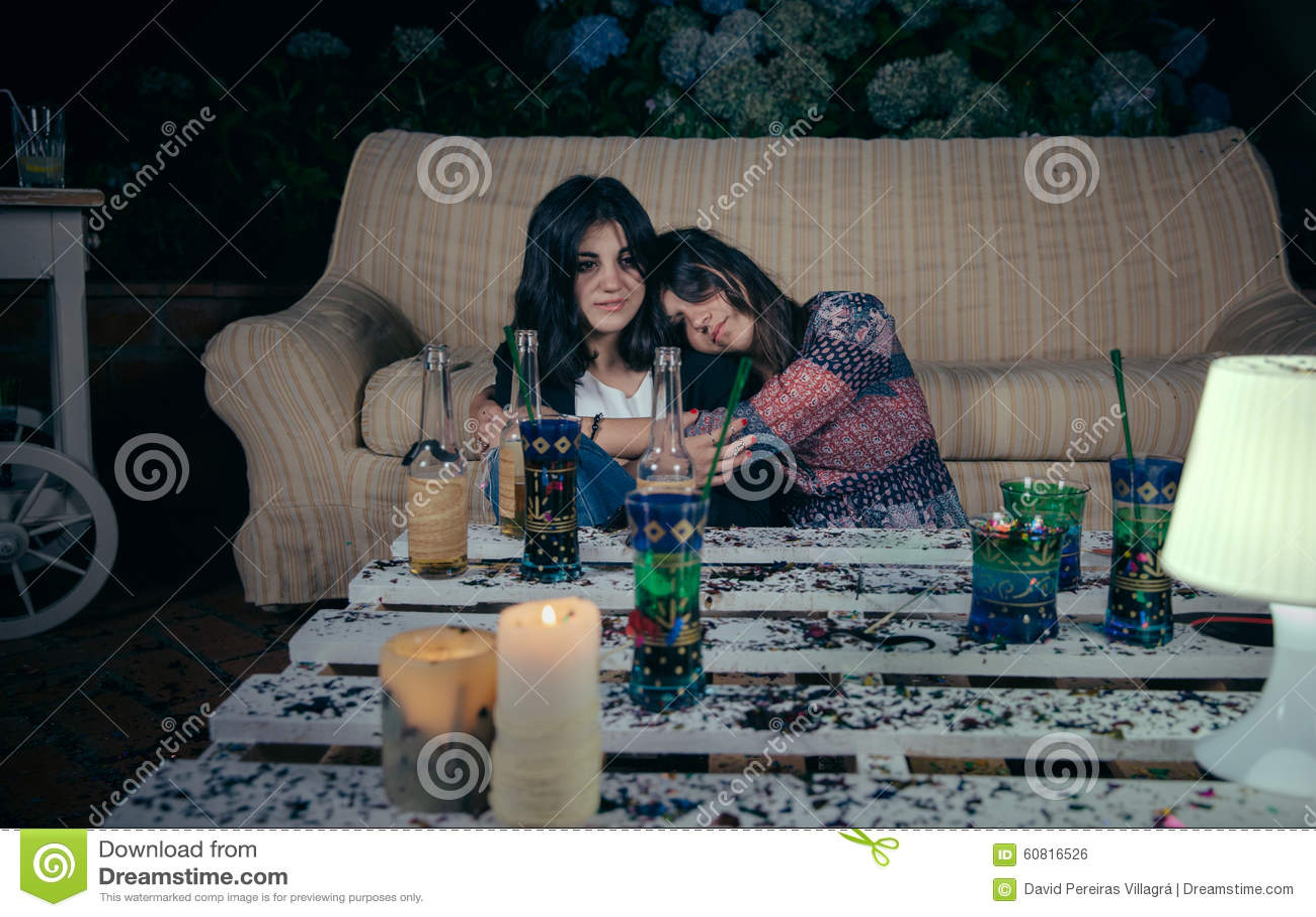 Jonge gedronken die vrouwenslaap aan vriend wordt omhelst