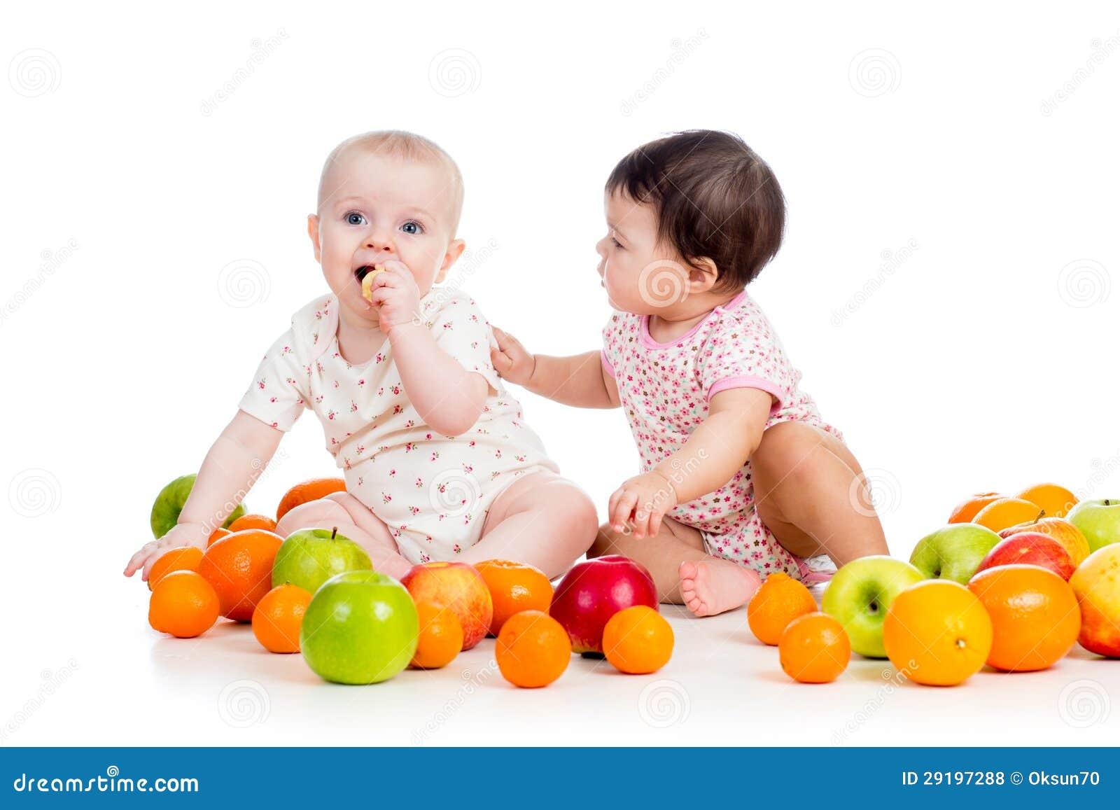 Jonge geitjes babys die gezonde voedselvruchten eten