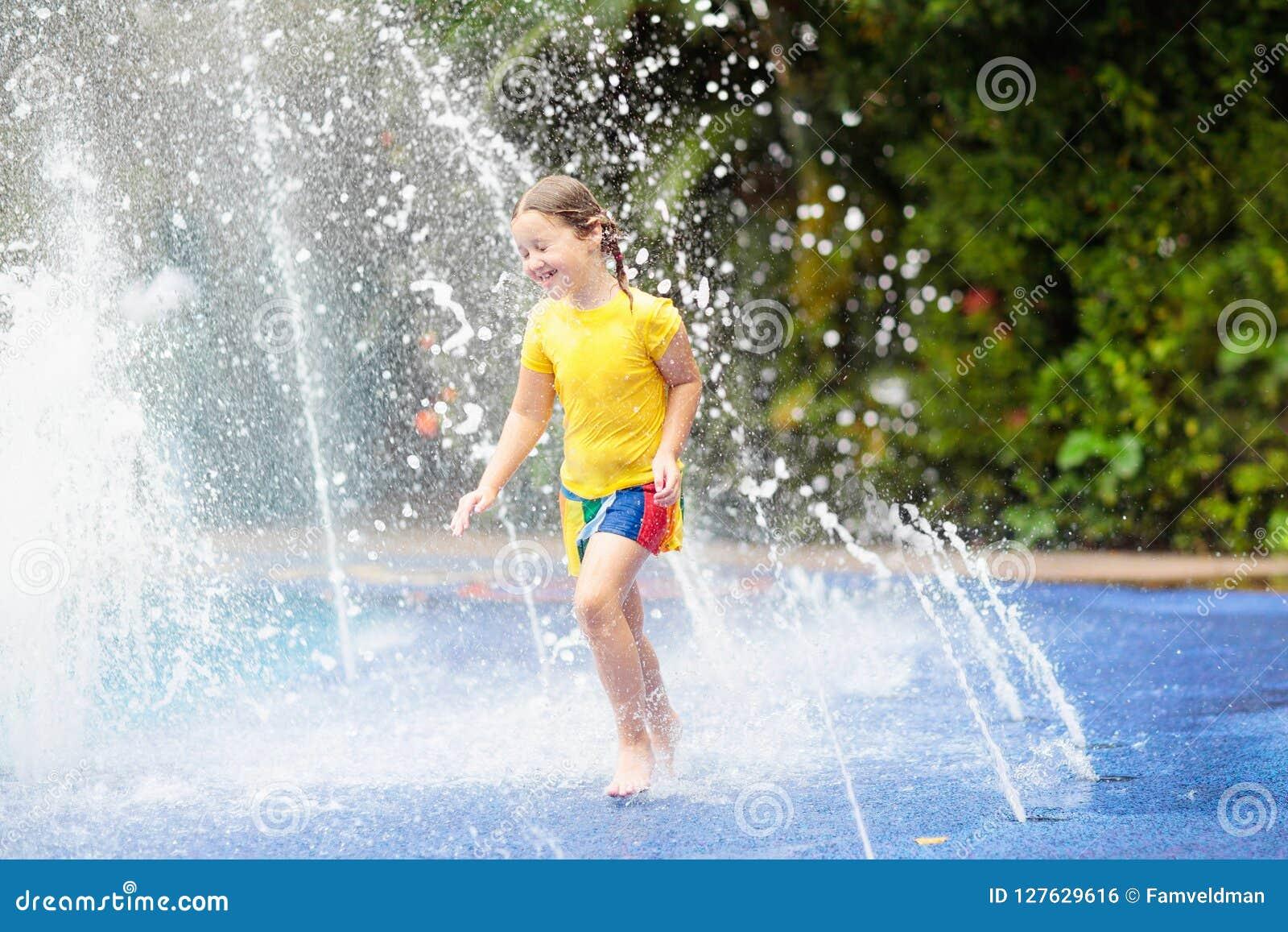 Jonge geitjes bij aquapark Kind in zwembad