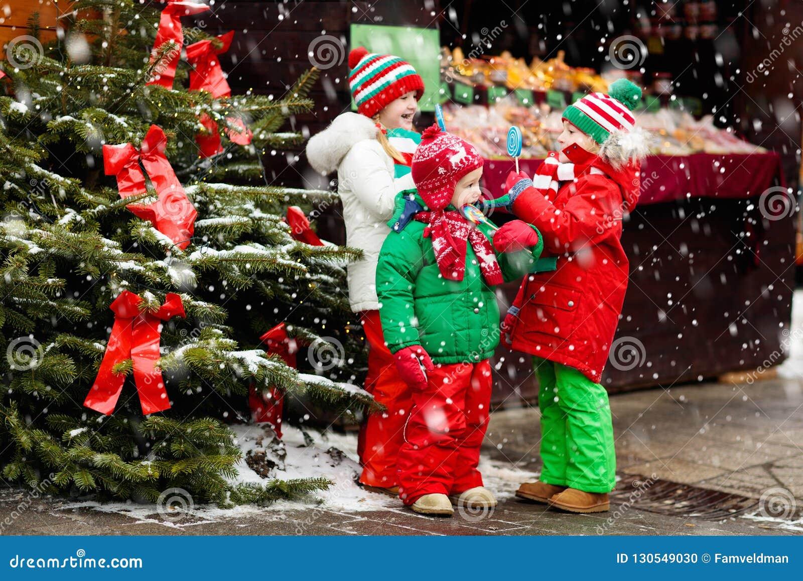 Jonge geitjes bij Kerstmismarkt Kind bij Kerstmismarkt