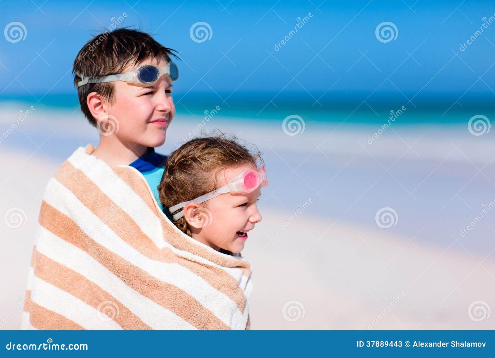 Jonge geitjes bij strand