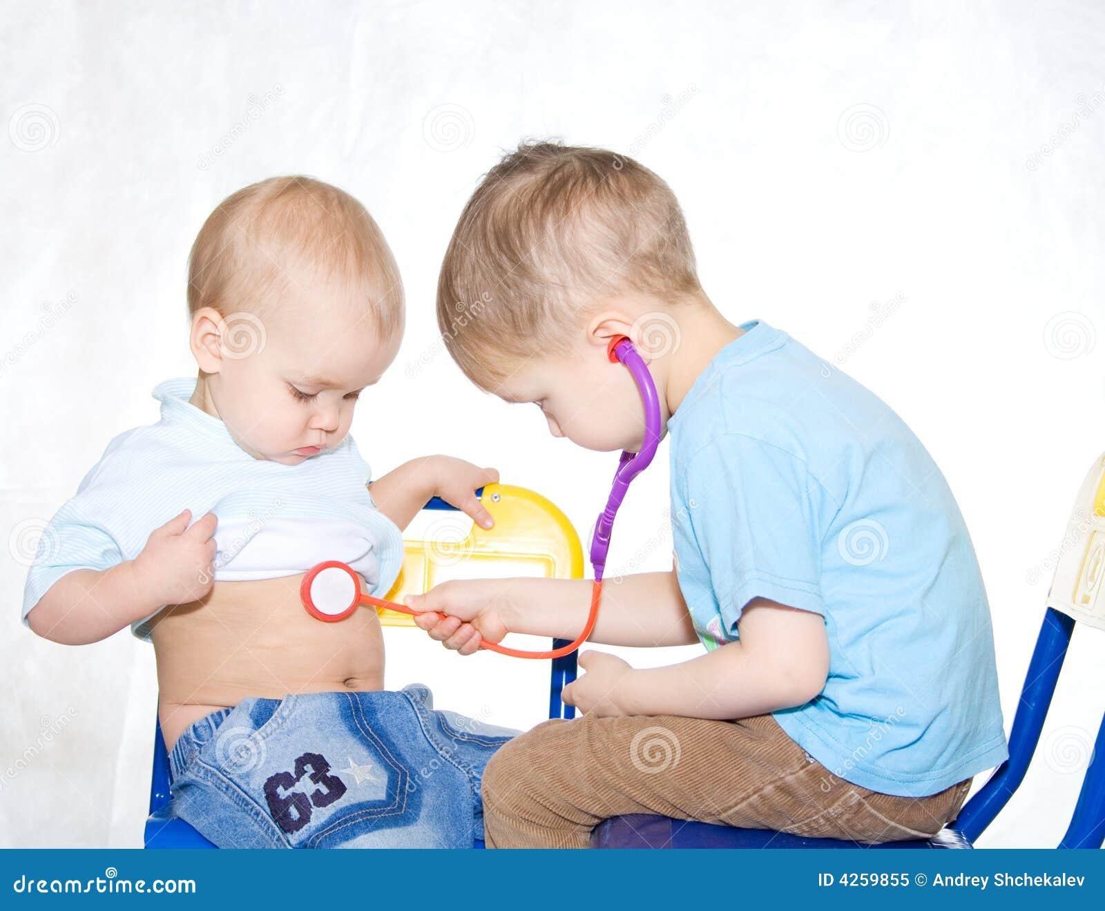 Jonge geitjes die arts spelen