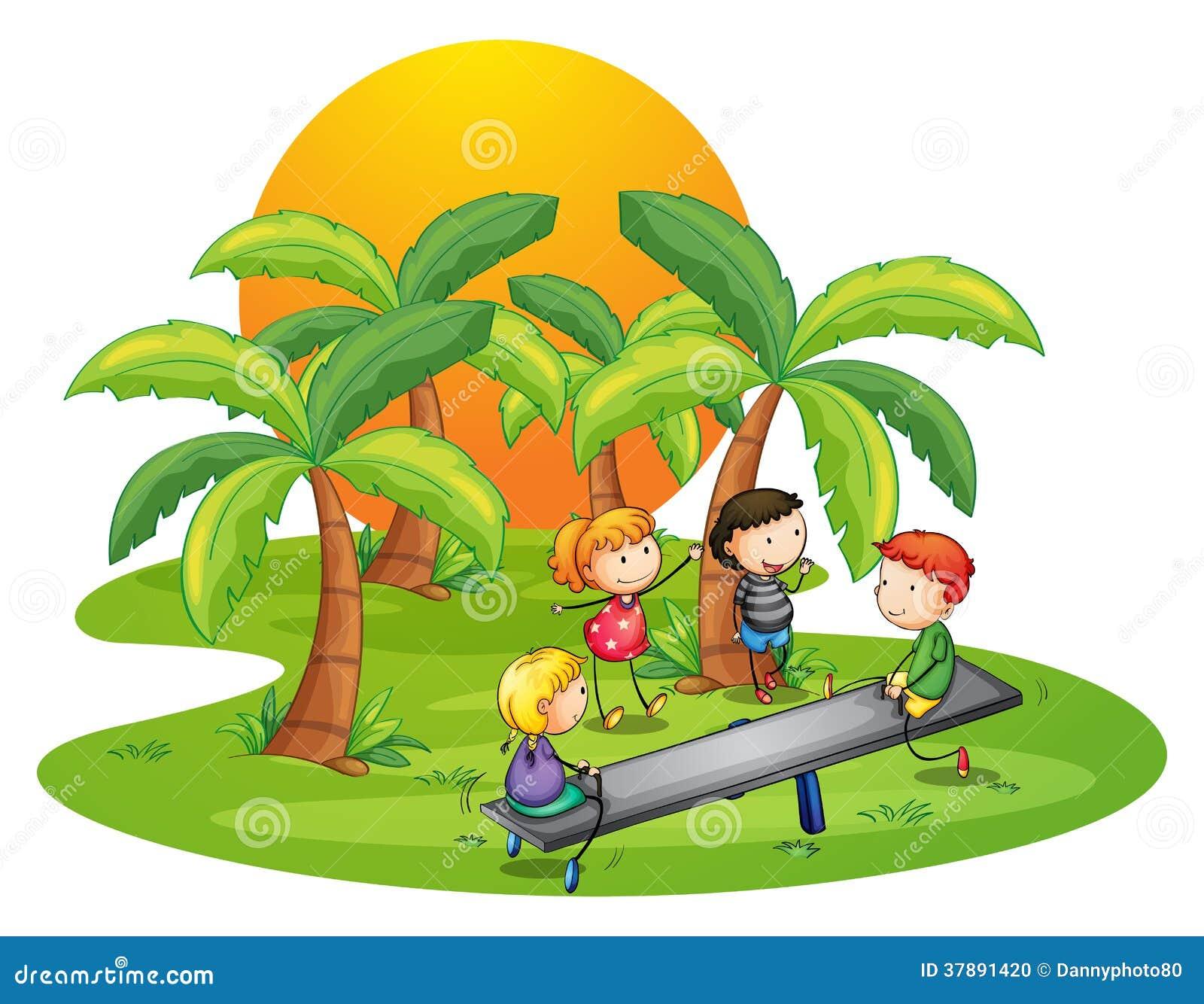 Jonge geitjes die geschommel spelen dichtbij de kokospalmen