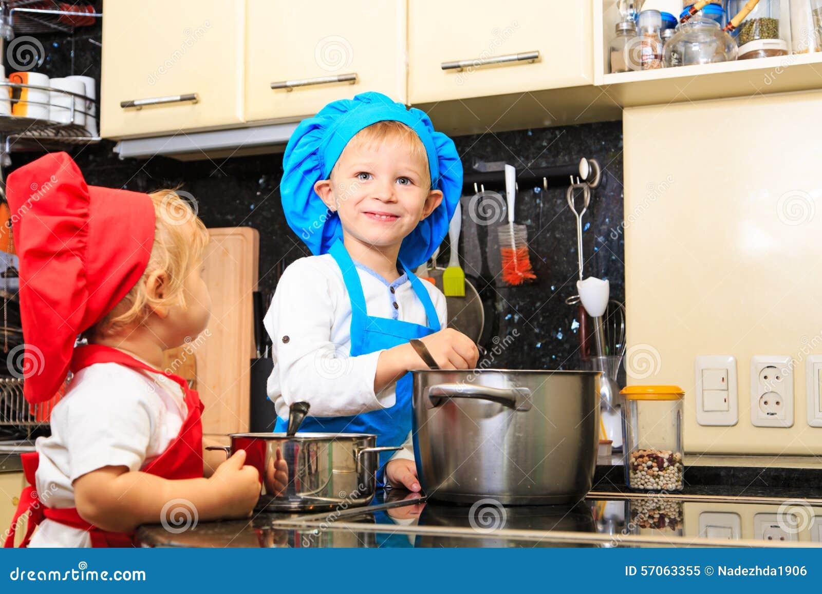 Jonge geitjes die in keukenbinnenland koken