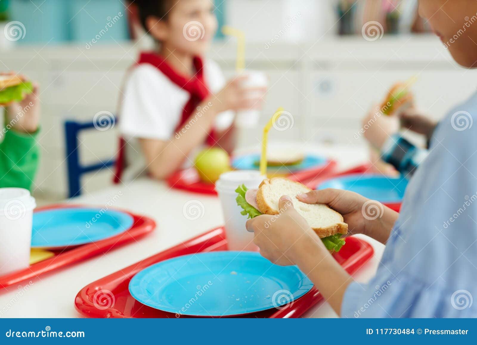 Jonge geitjes die lunch eten op school