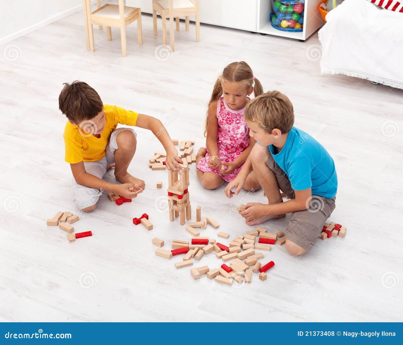 Jonge geitjes die met houten blokken spelen