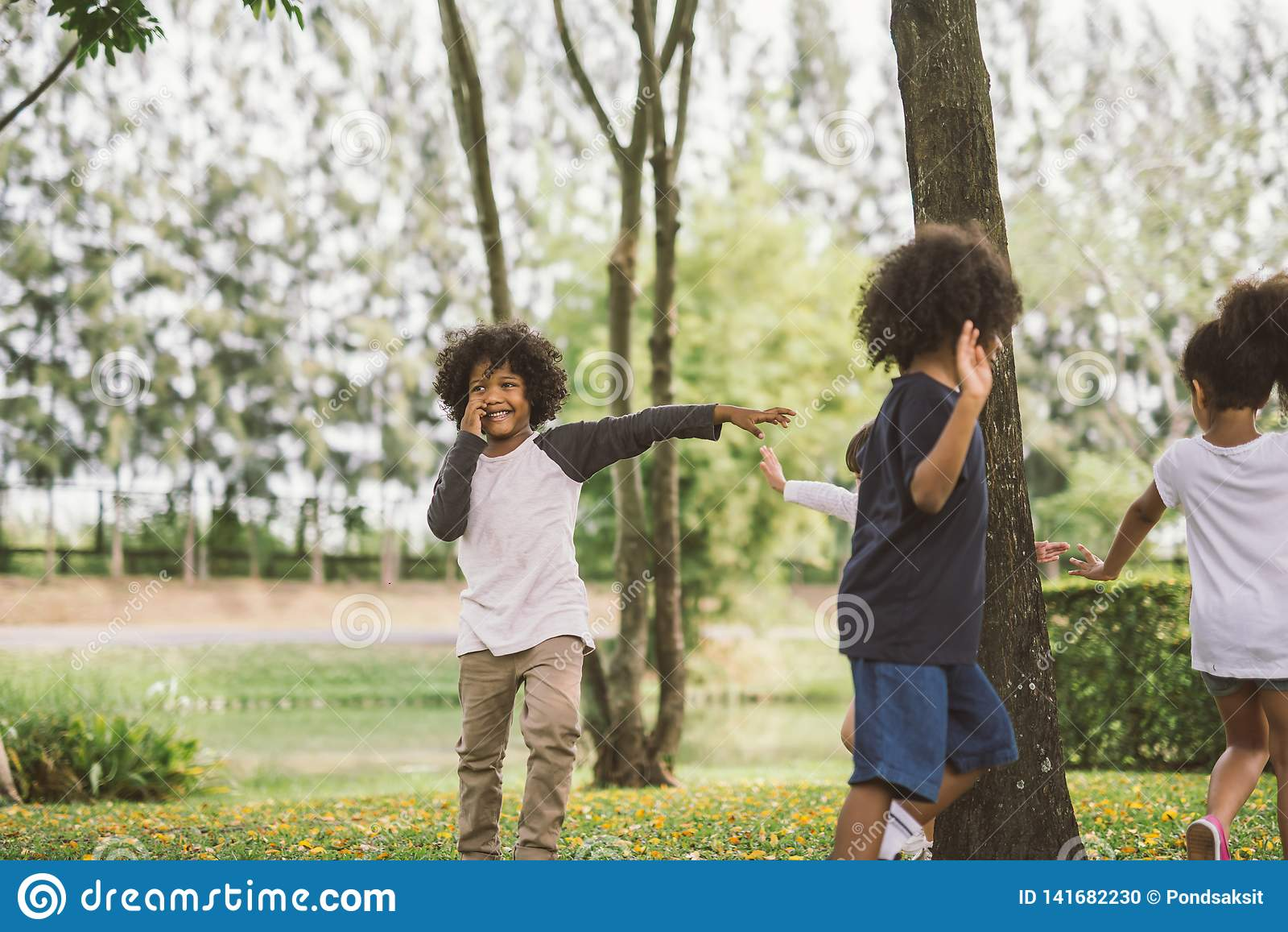 Jonge geitjes die in openlucht met vrienden spelen de kleine kinderen spelen bij aardpark