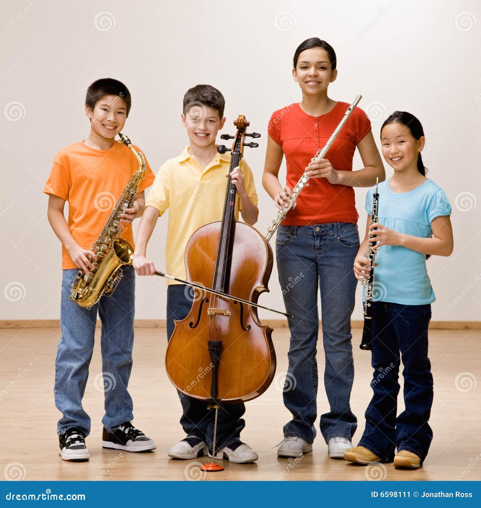 Jonge geitjes die saxofoon, cello, fluit en klarinet houden