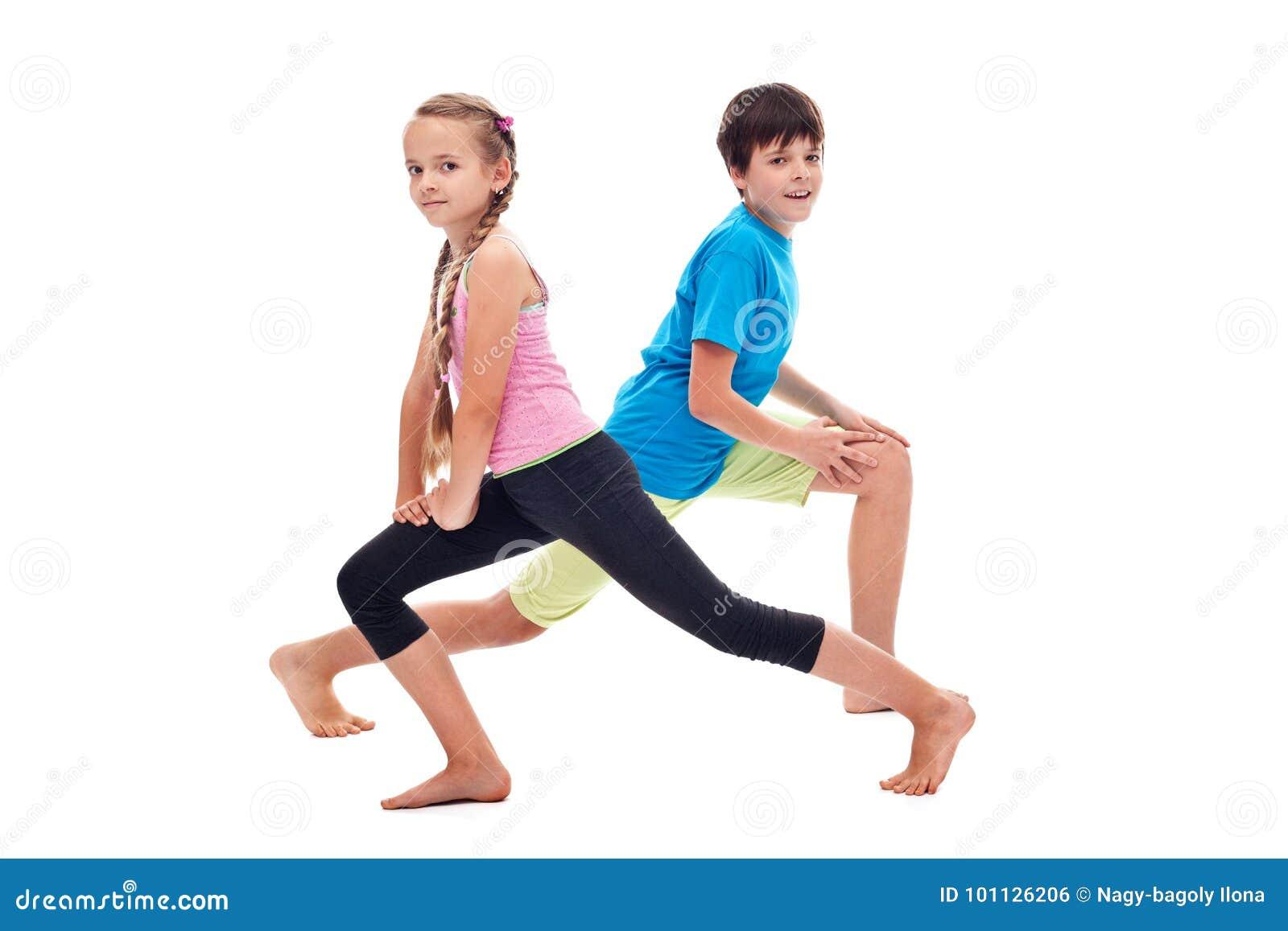 Jonge geitjes die van de been het versterken en flexibiliteit oefeningen doen
