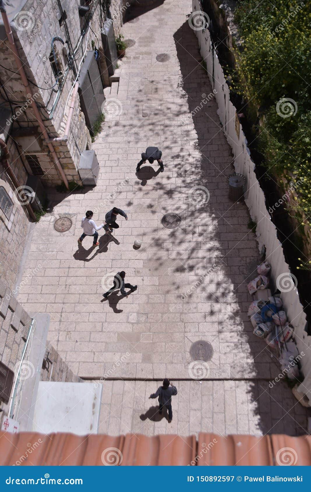 Jonge geitjes die voetbal in Jeruzalem spelen