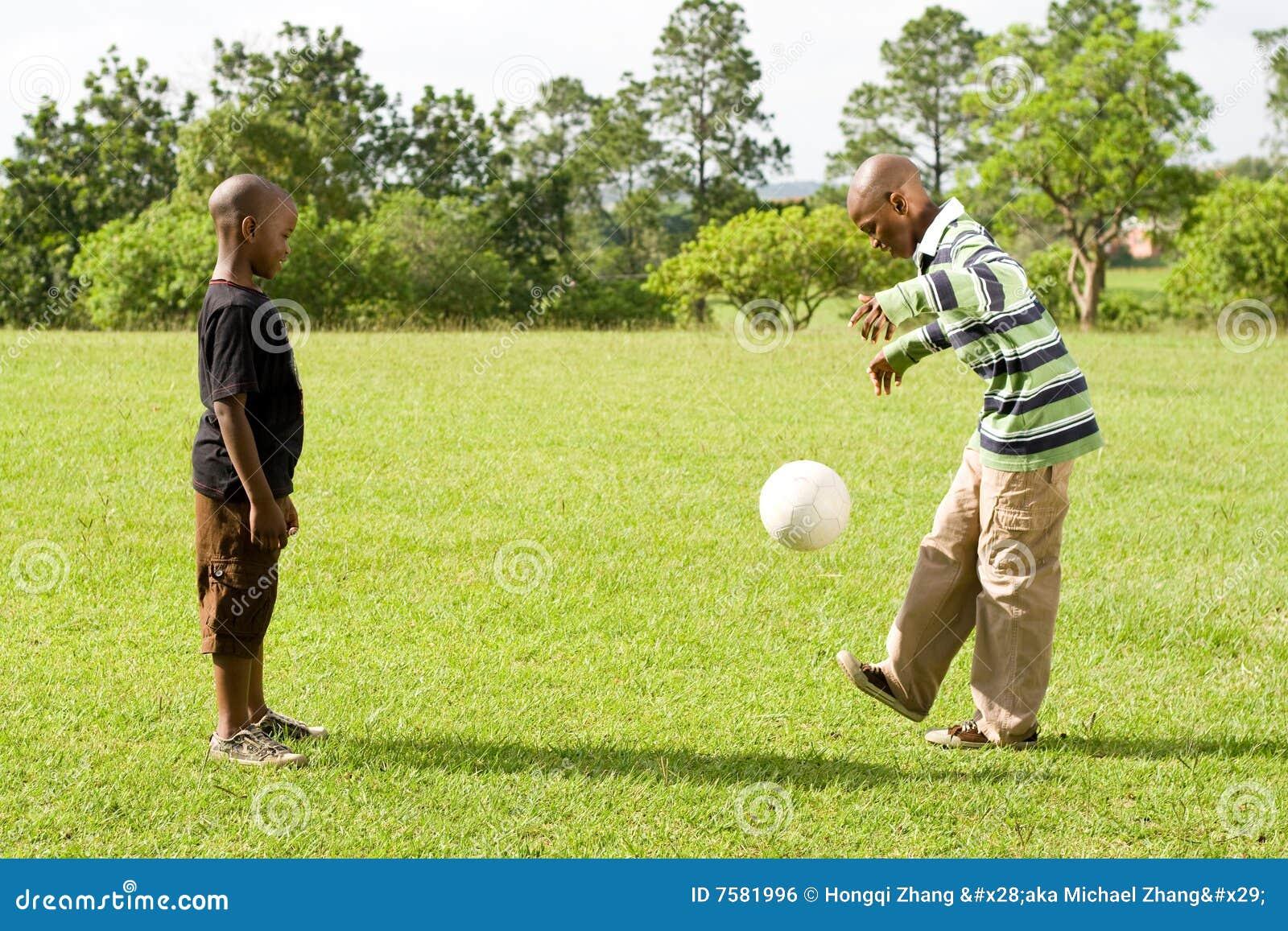 Jonge geitjes die voetbal spelen