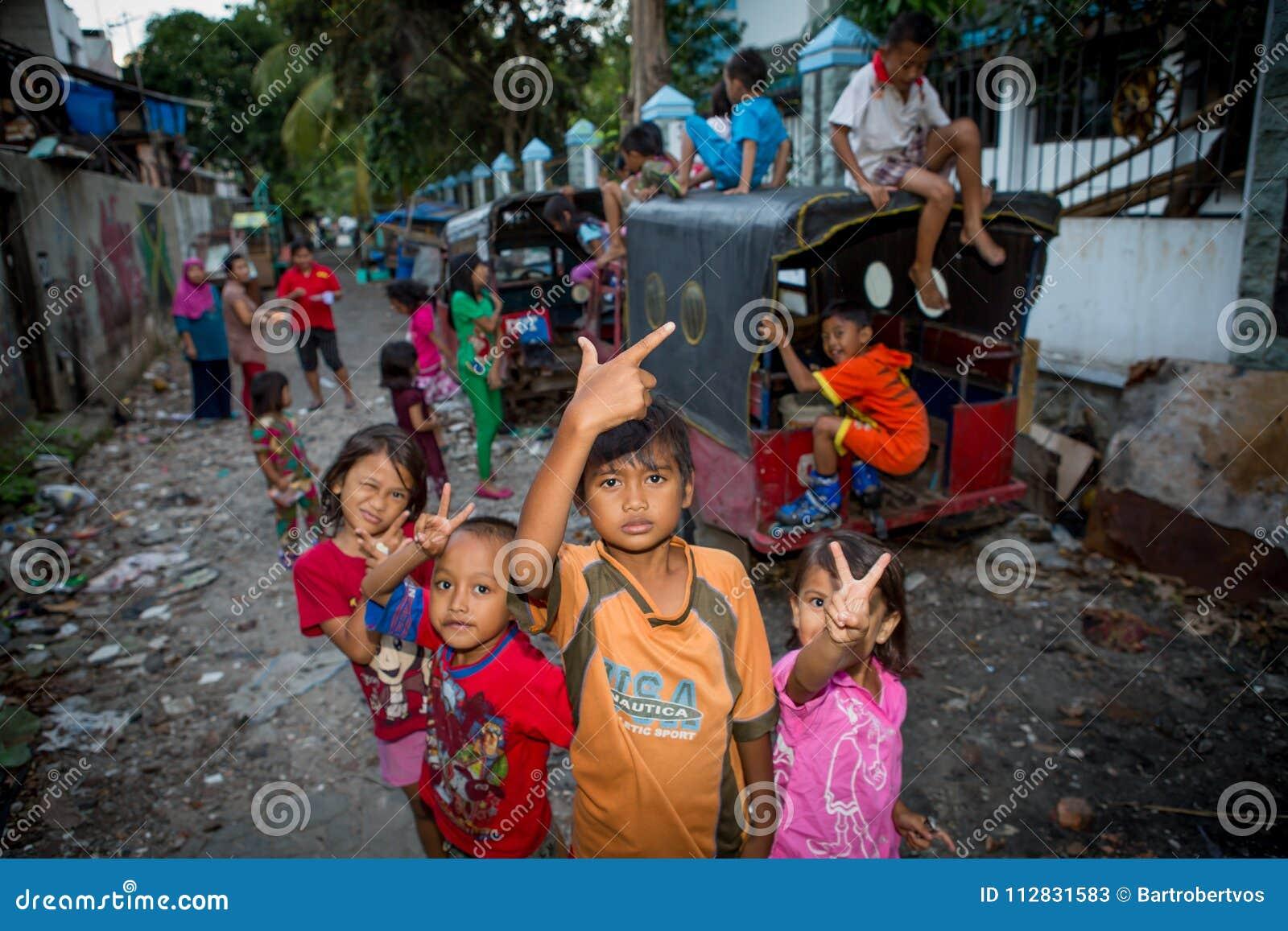 Jonge geitjes in een krottenwijk in Djakarta