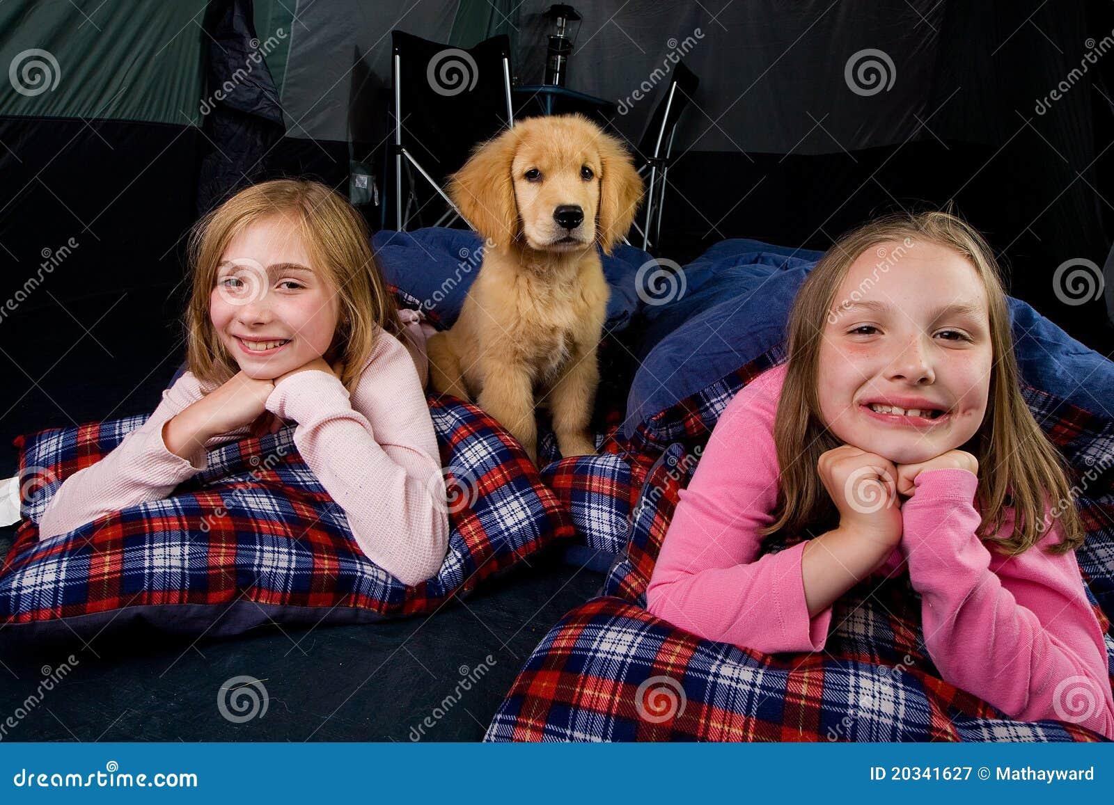 Jonge geitjes en een puppy dat in een tent kampeert