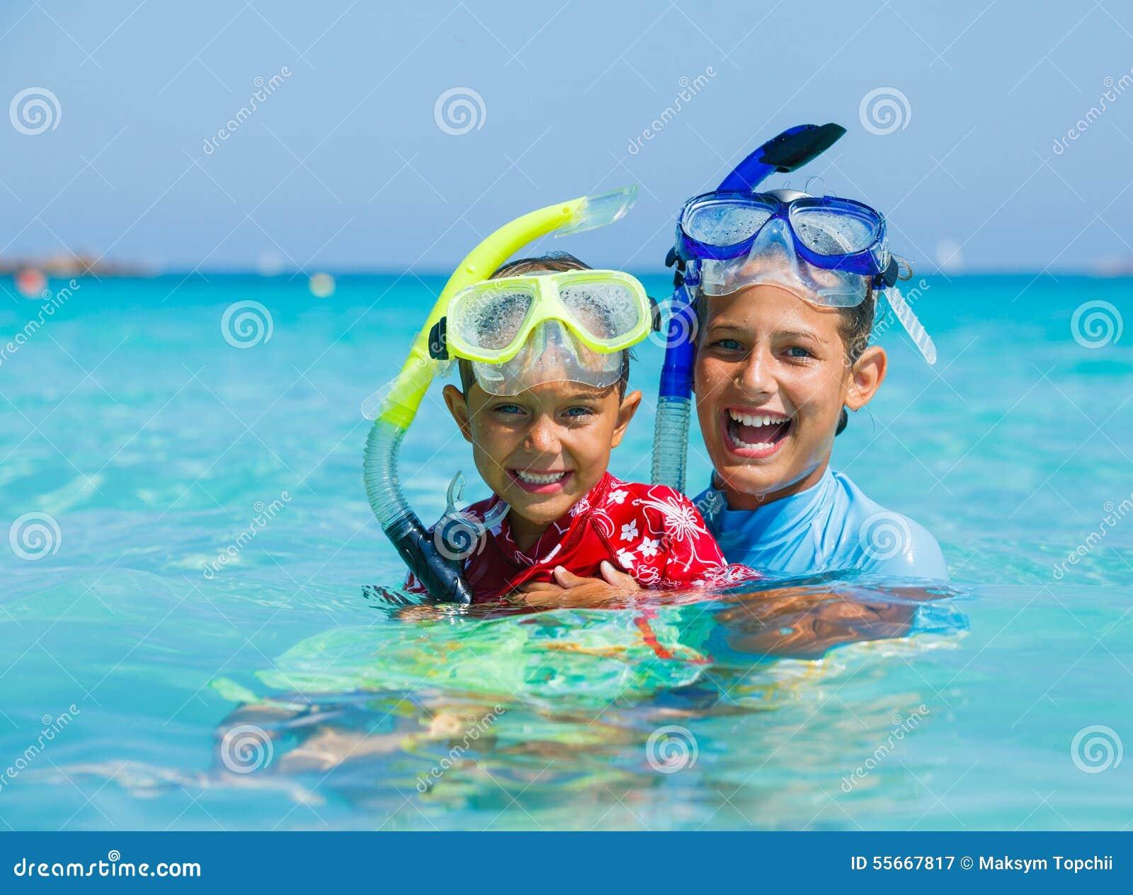 Jonge geitjes het snorkelen