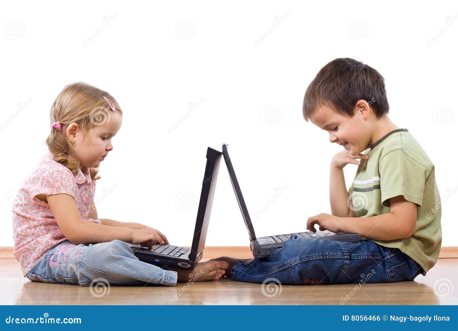 Jonge geitjes met laptops