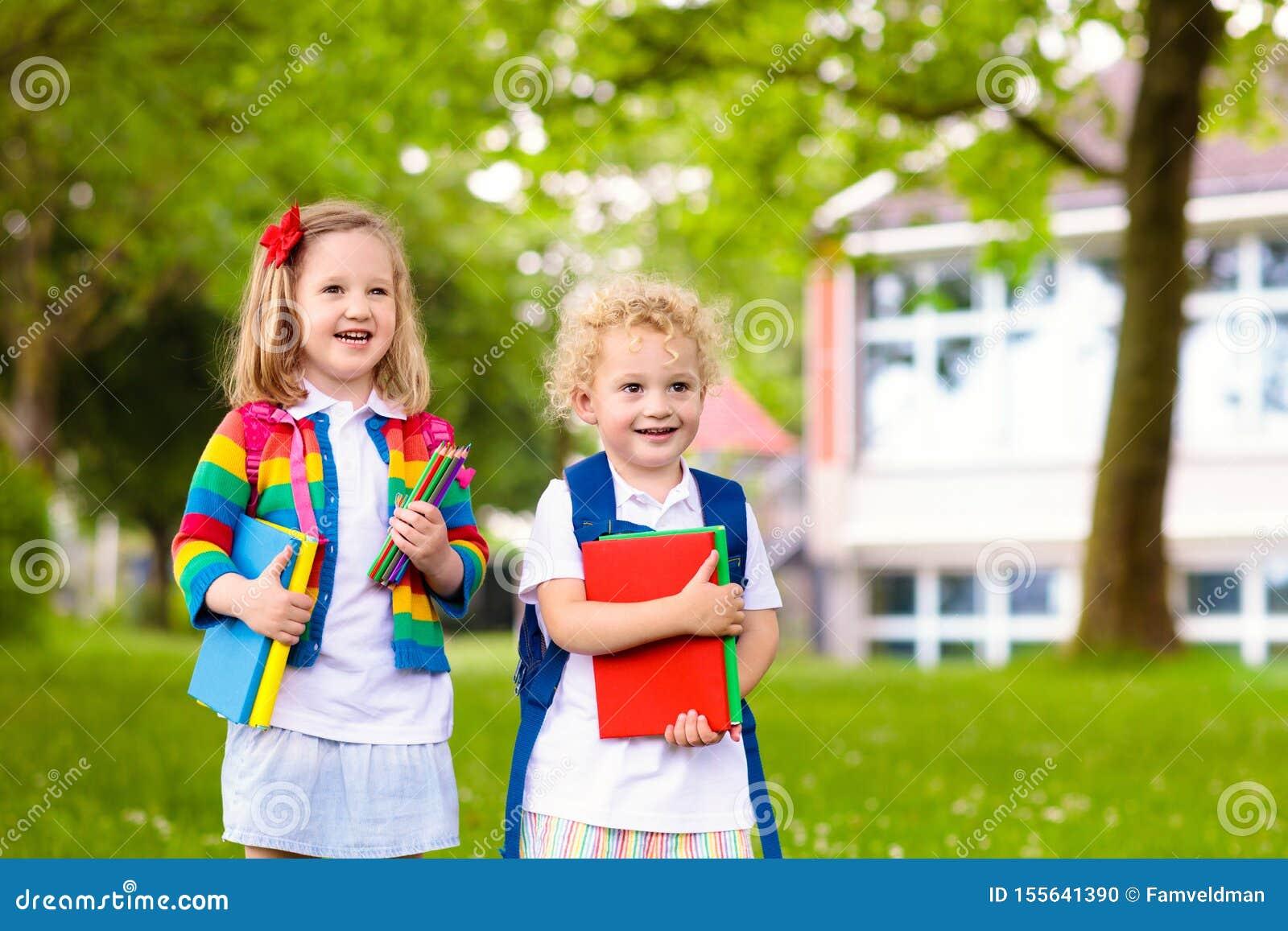 Jonge geitjes op eerste schooldag