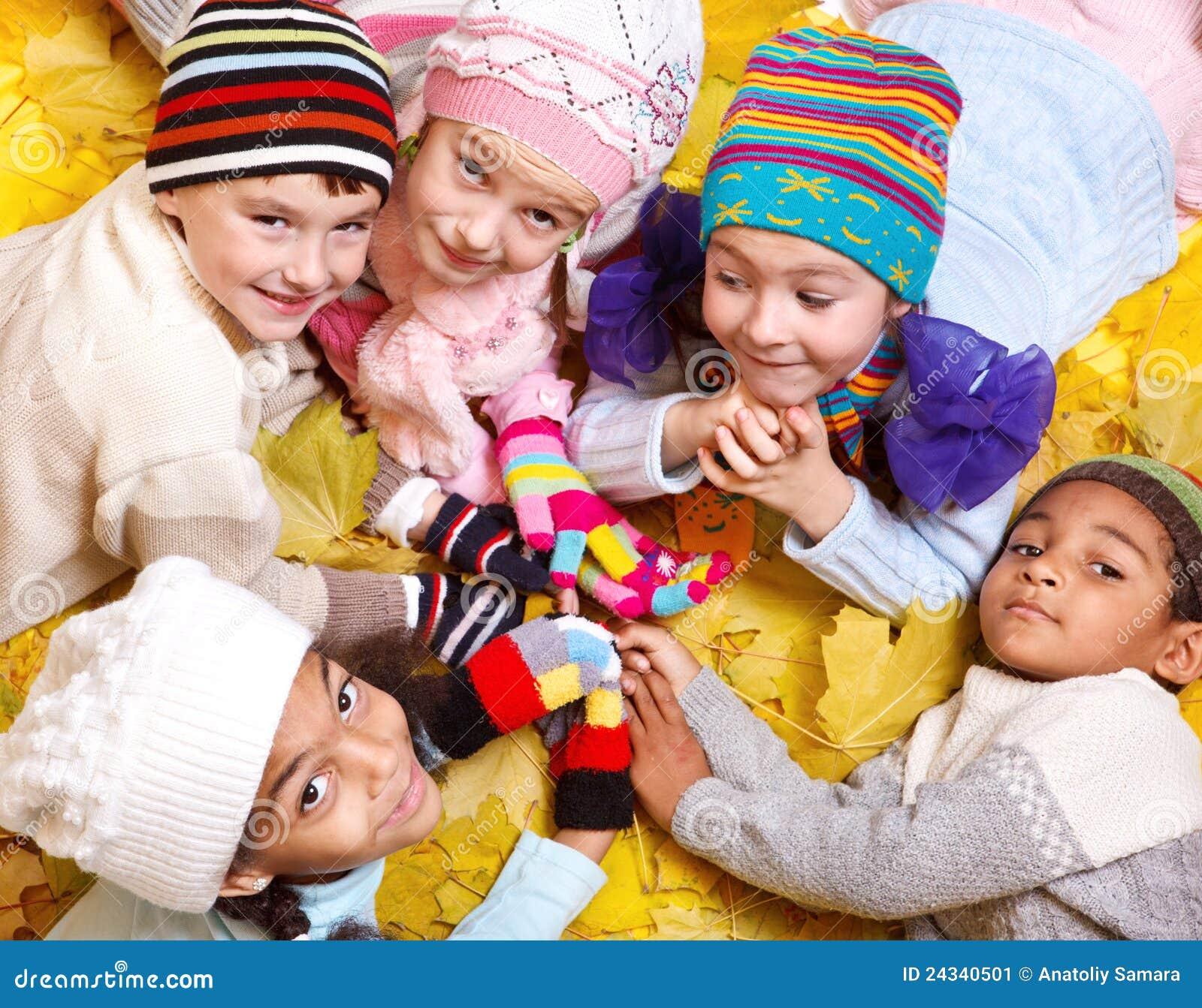 Jonge geitjes in sjaals en hoeden