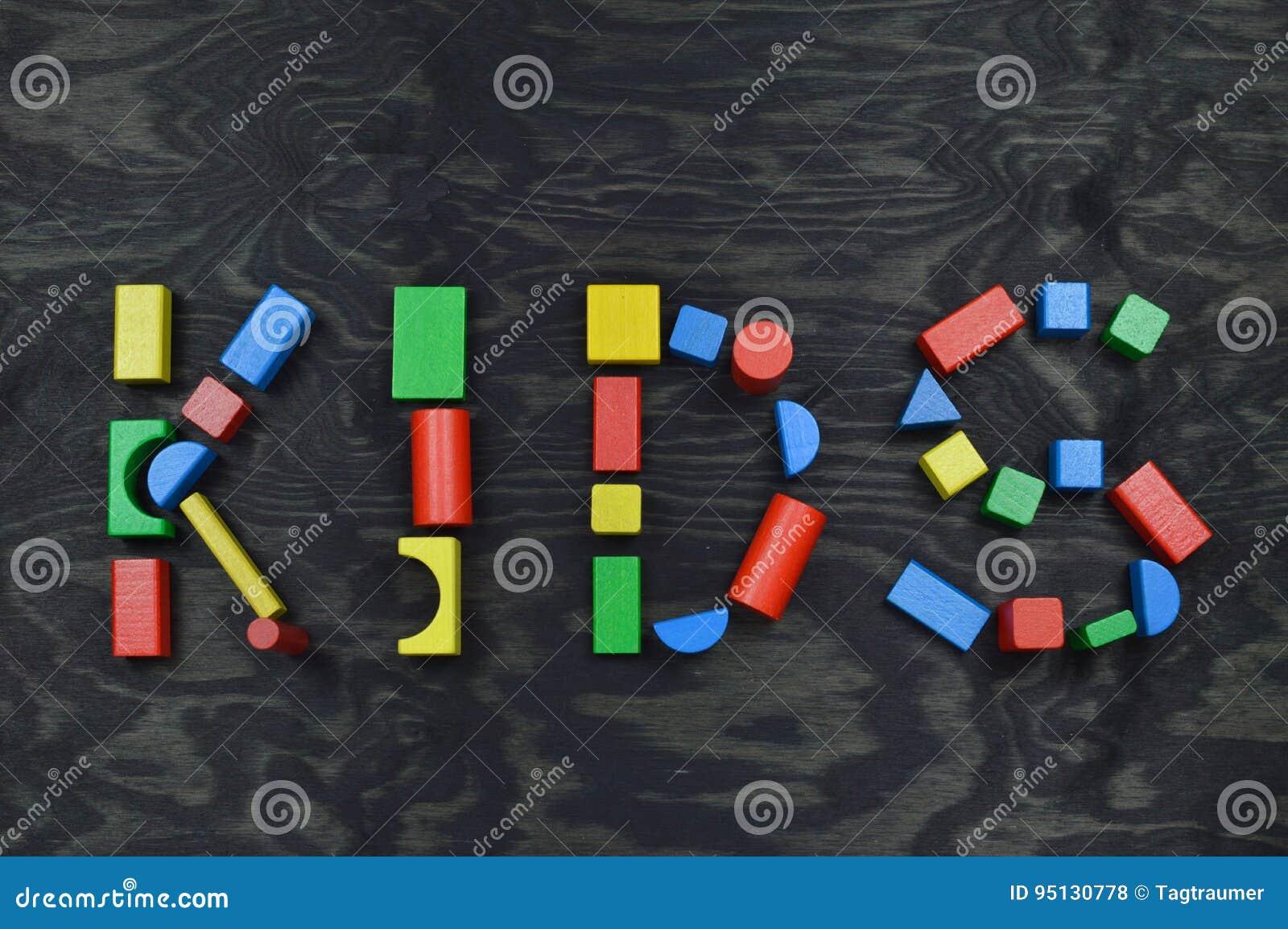 JONGE GEITJES uit kleurrijke houten stuk speelgoed blokken op zwarte