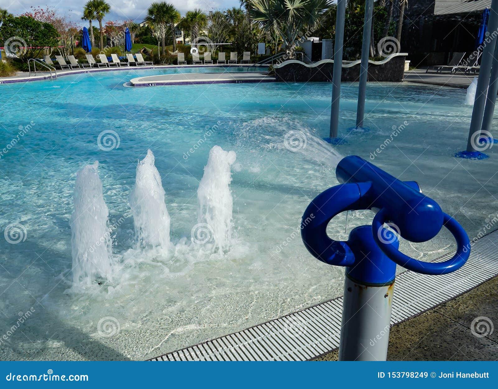 Jonge geitjespool met waterkanonnen en fonteinen