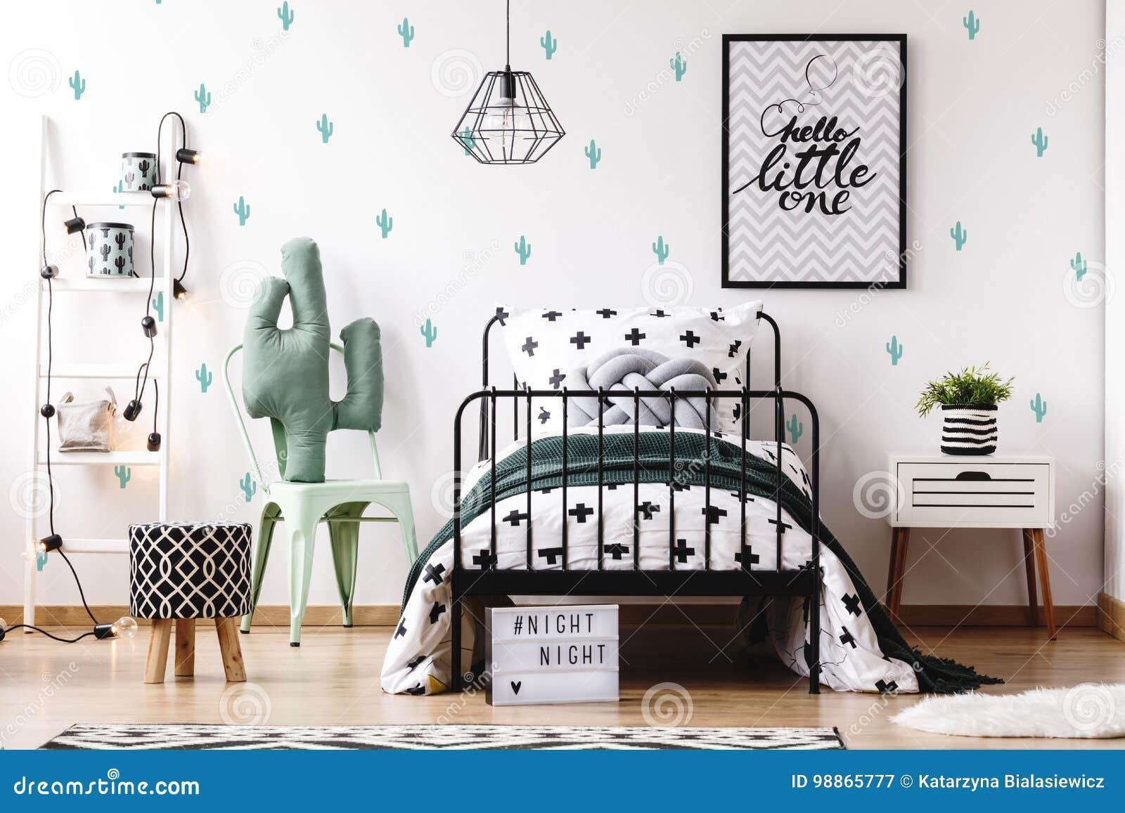 jonge geitjesslaapkamer met leuk behang