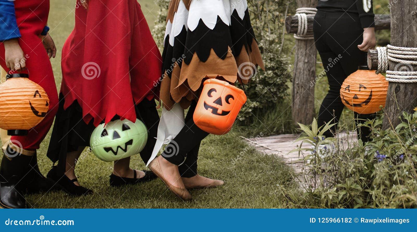 Jonge jonge geitjestruc of het behandelen tijdens Halloween